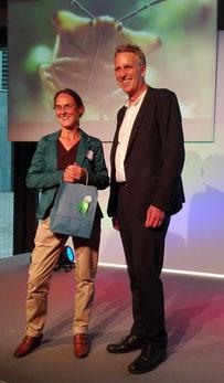 Urkundenverleihung mit dem Niedersächsischen Umweltminister Wenzel an Agenda-Mitglied Heike Volkmann.