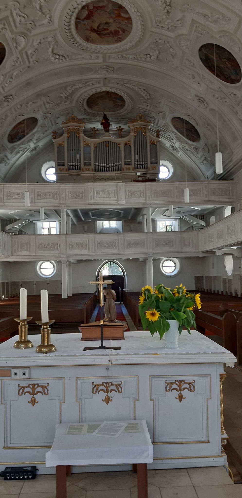 das imposante Langhaus mit der Orgel