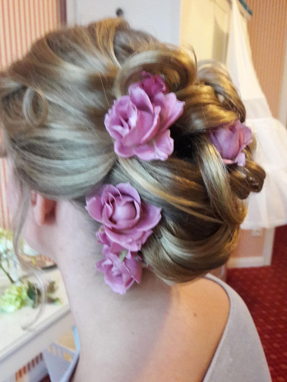 Brautfrisur mit Rosen