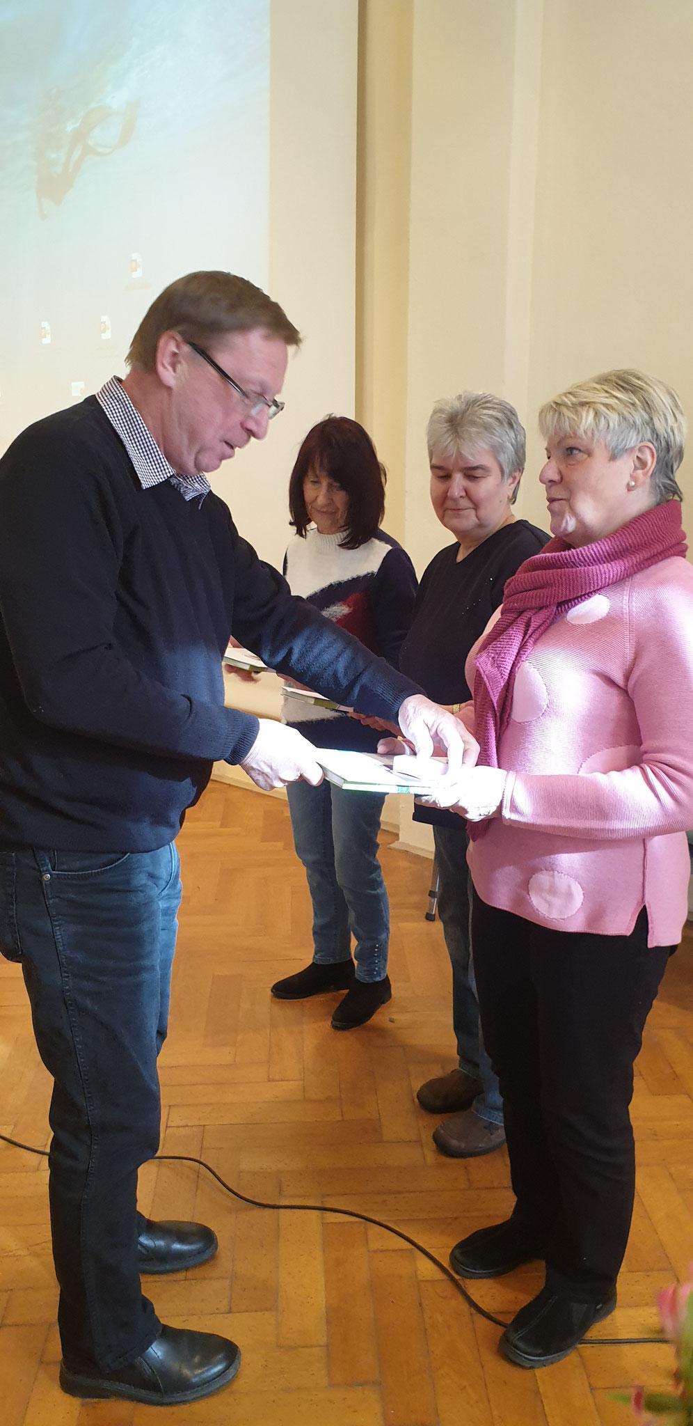 Der Vorsitzende zeichnet verdiente Kleingärtnerinnen aus (v.  r. n. l.: Monika Meister, Karin Löschner und Rosemarie Lattermann