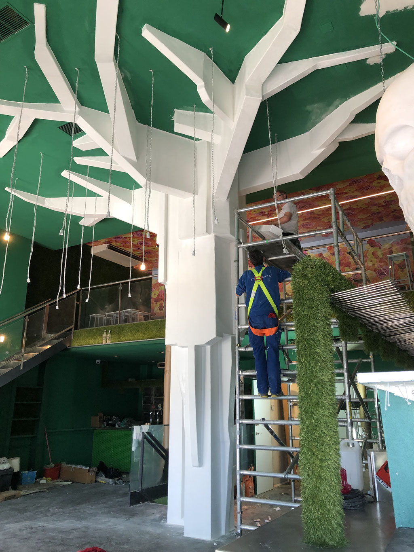 Escultura decorativa de Árbol, tapa columna existente y bajante, en un local de ocio.