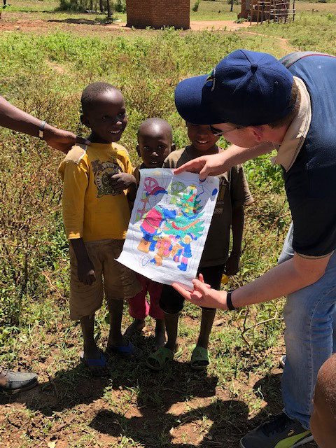 Carsten überreicht ein Bild, welches er als Kind malte.