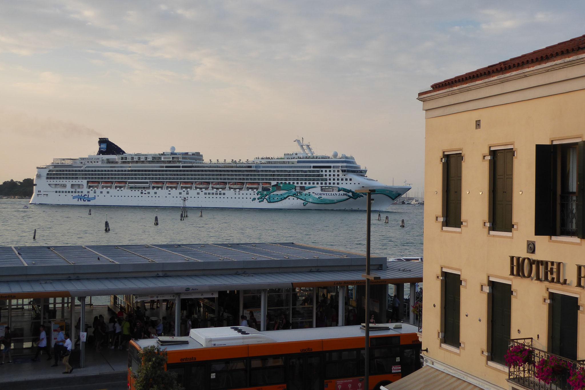 Ausblick vom Hotelzimmer, Cruise Ship bringt etwas mehr Passagiere als ein KITFOX