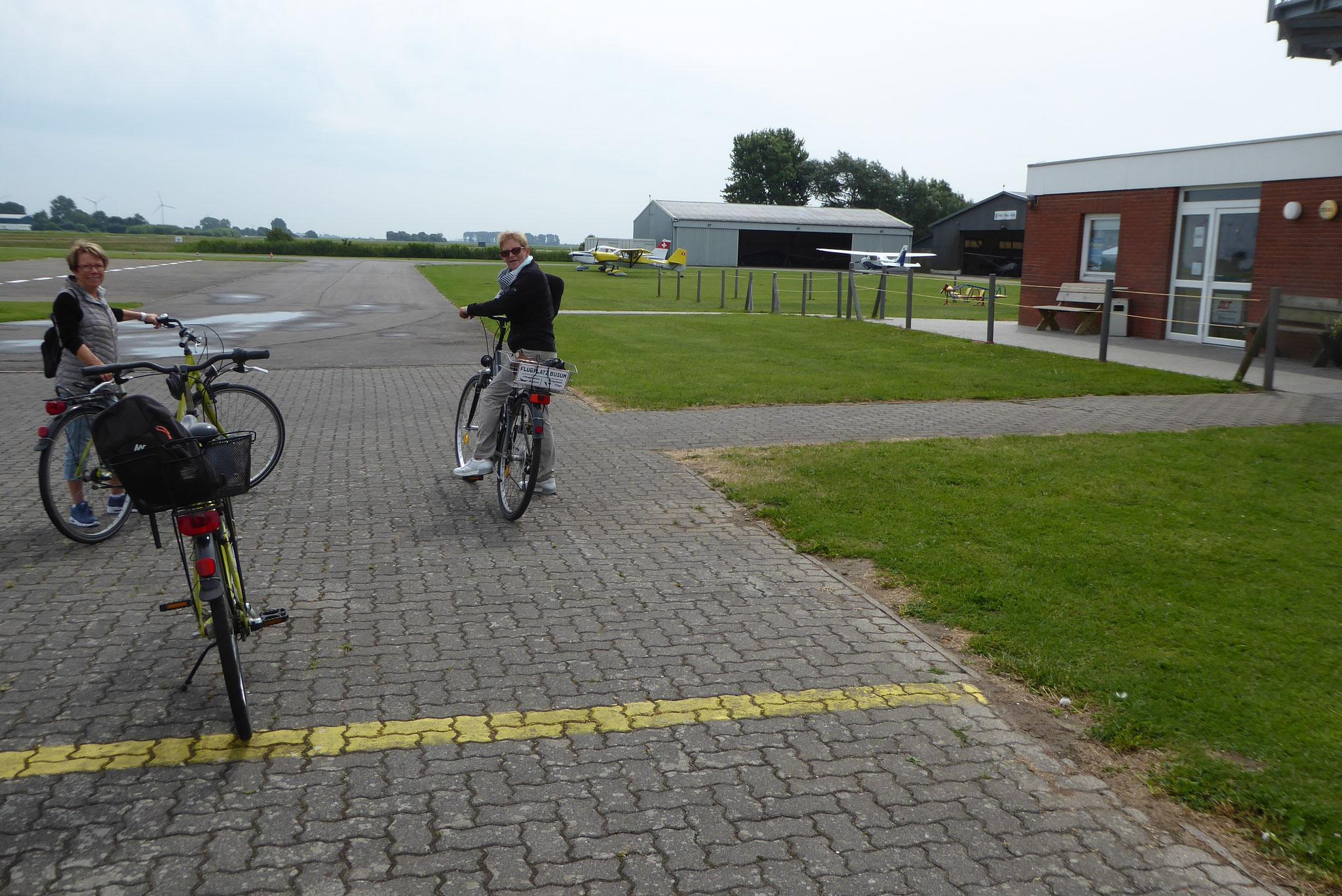 Fahrräder vom Flugplatz bringen uns in die Stadt