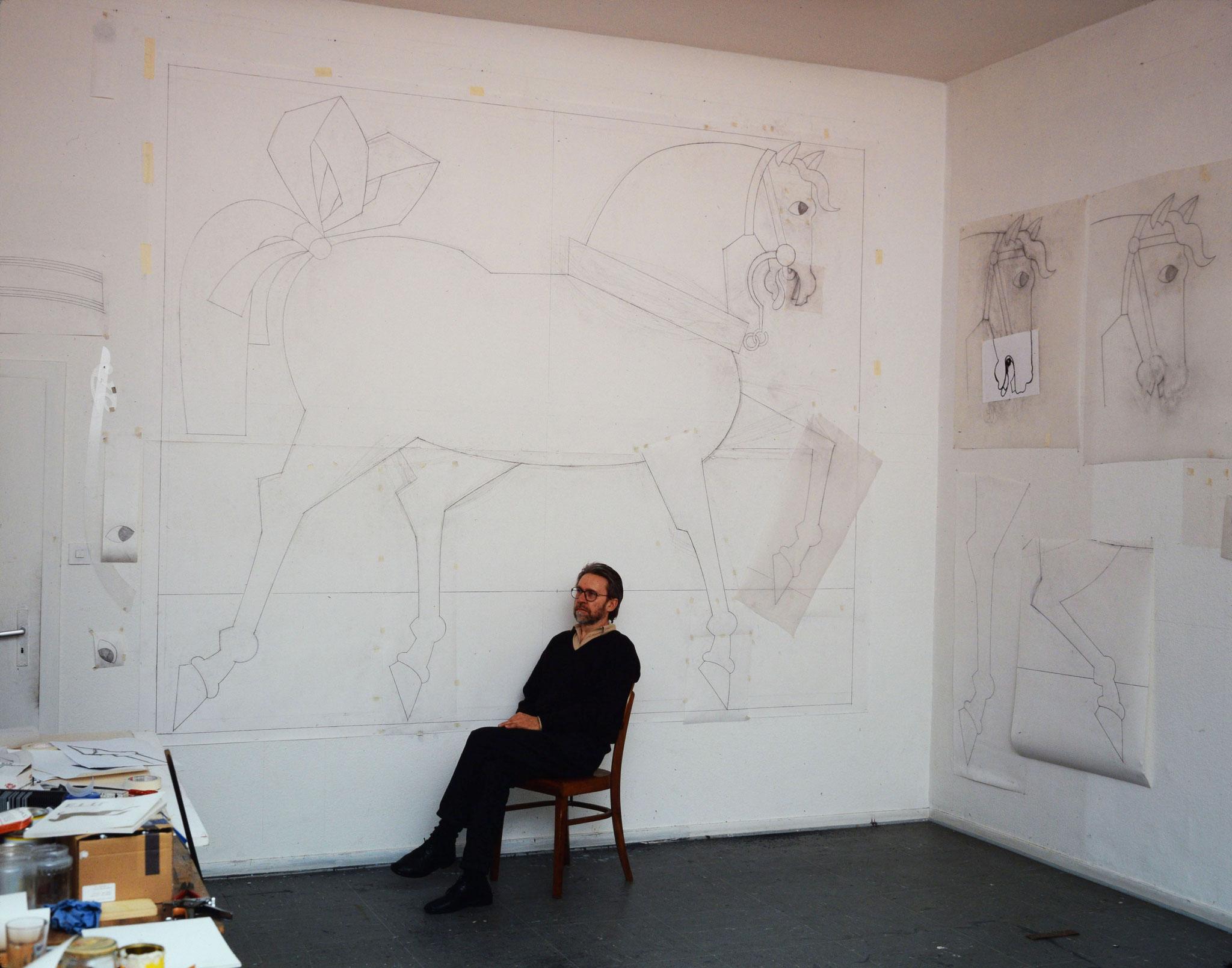 Georg Ettl dans son atelier, devant des études 1/1 pour les Chevaux d'Oiron, 1992 - Foto Hadler/Stuhr