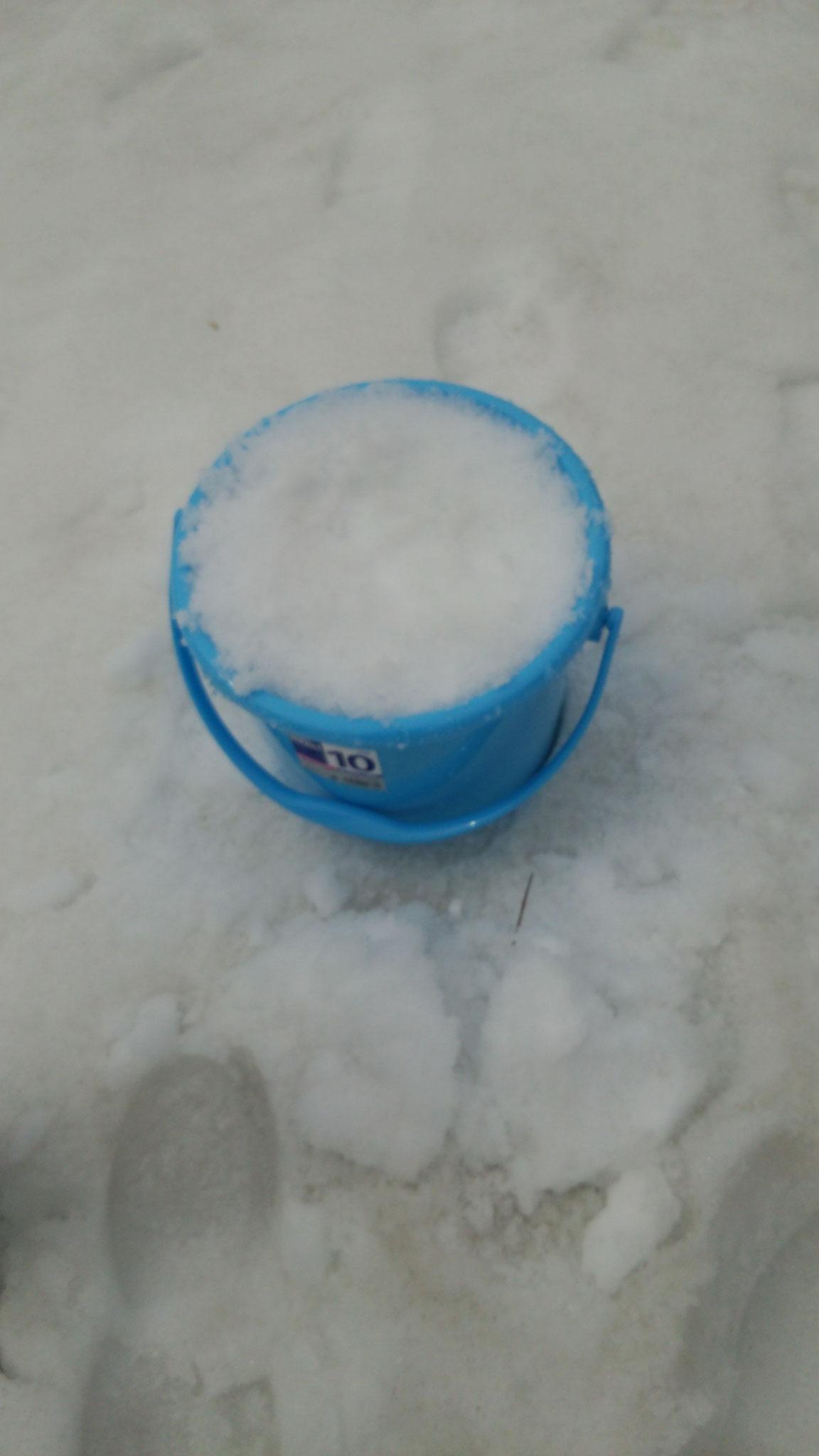 ①バケツに雪をつめる