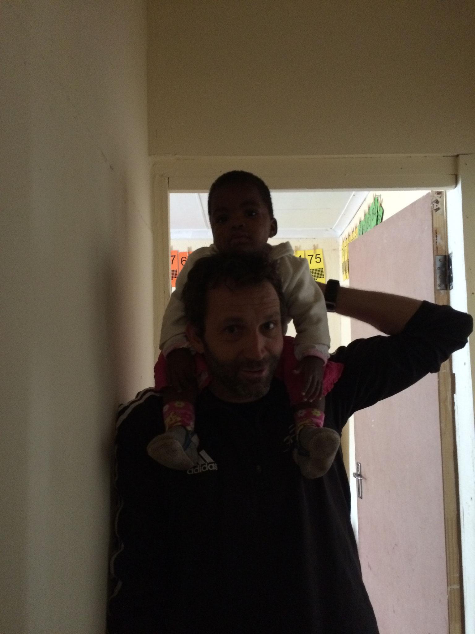 Ruben mit einem neuen Waisenbaby
