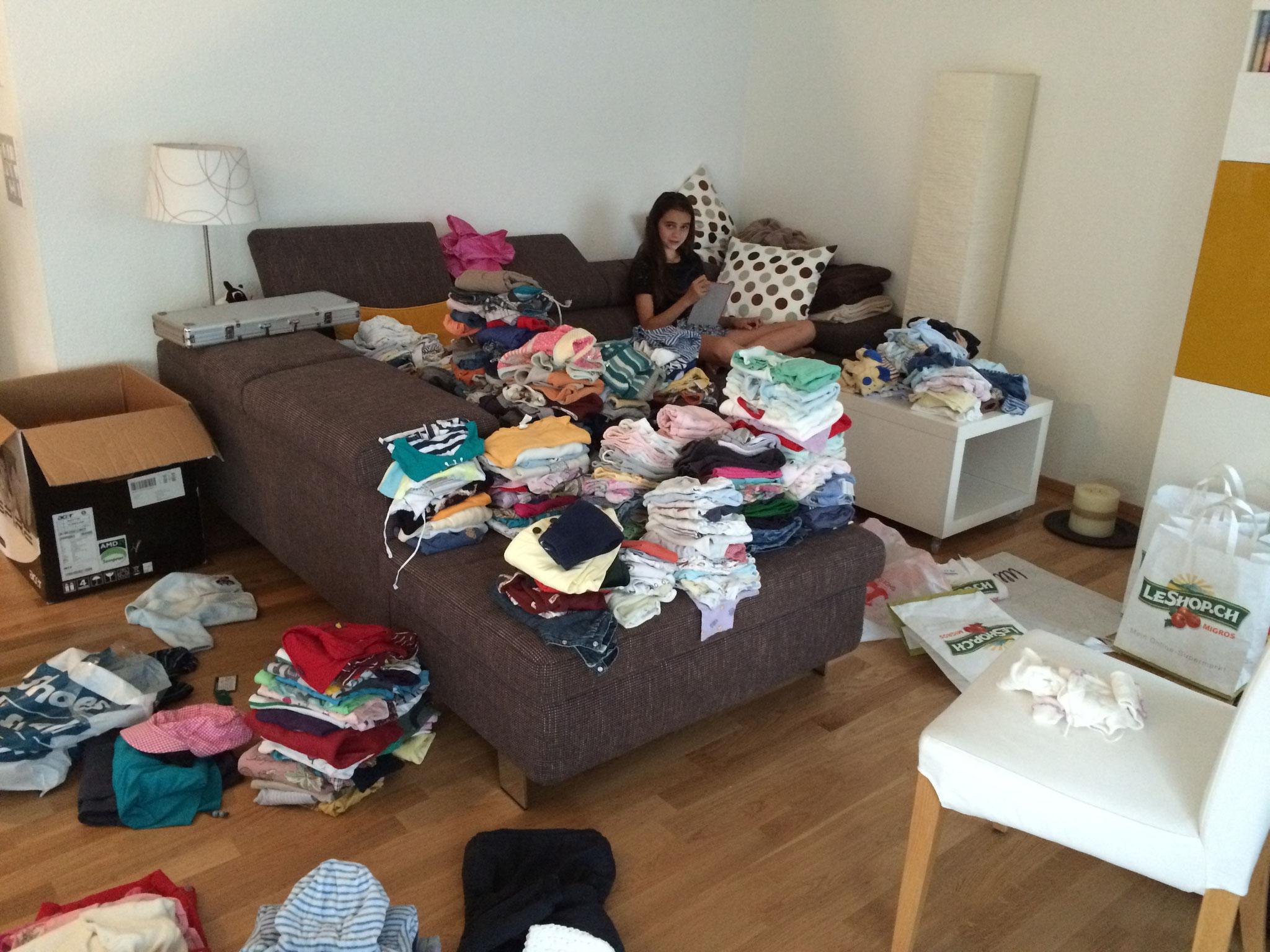 Vorsortieren der gesammelten Kleider in der Schweiz
