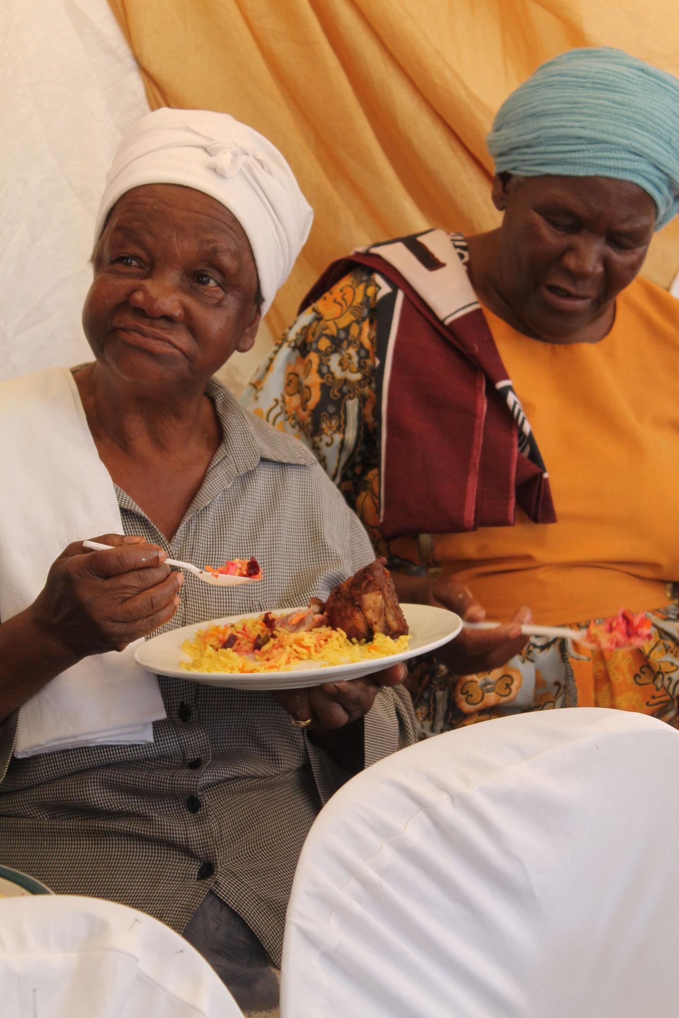 ein Mütterchen geniesst das Essen