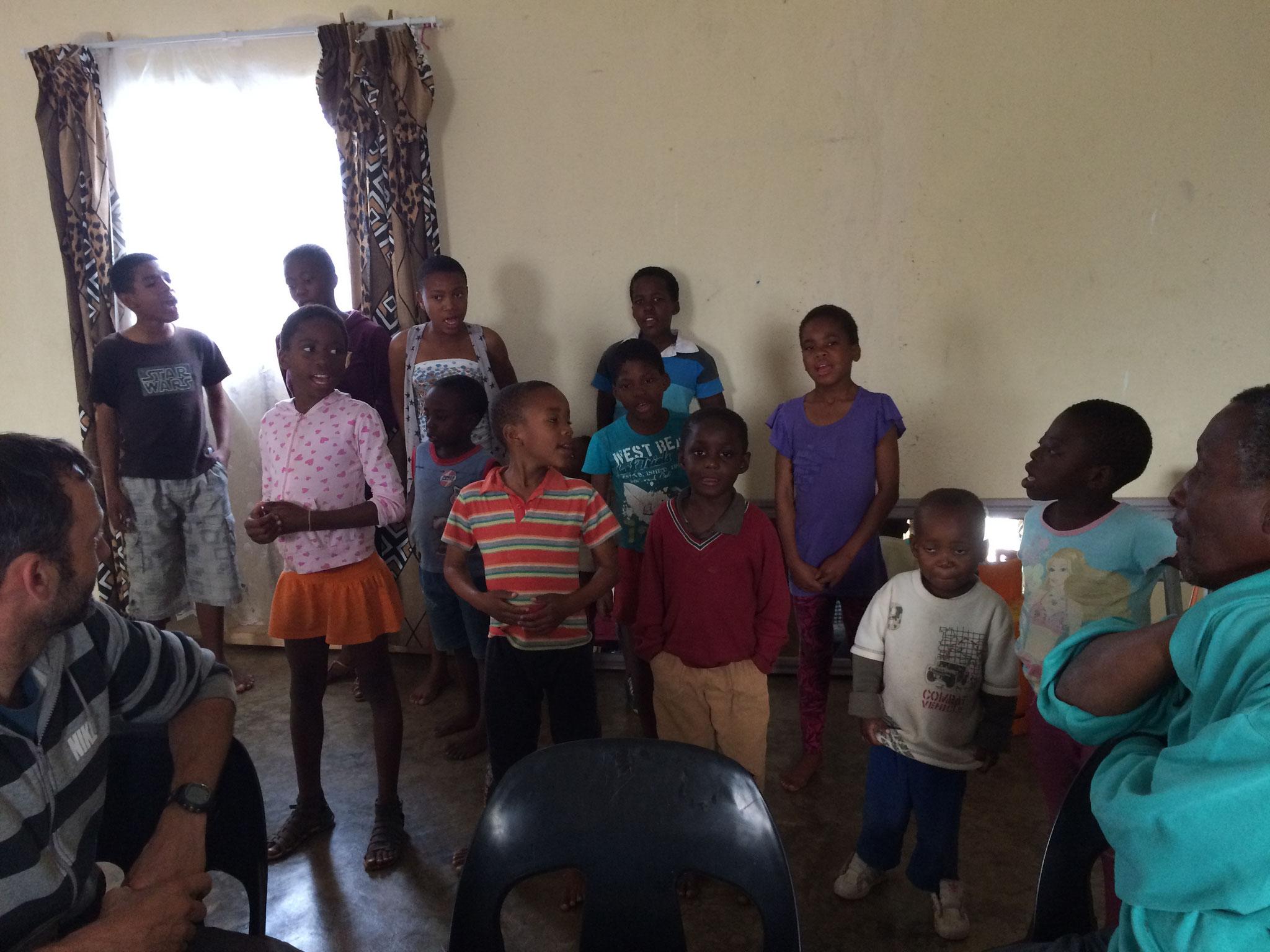 die Waisenkinder singen ein Lied für uns