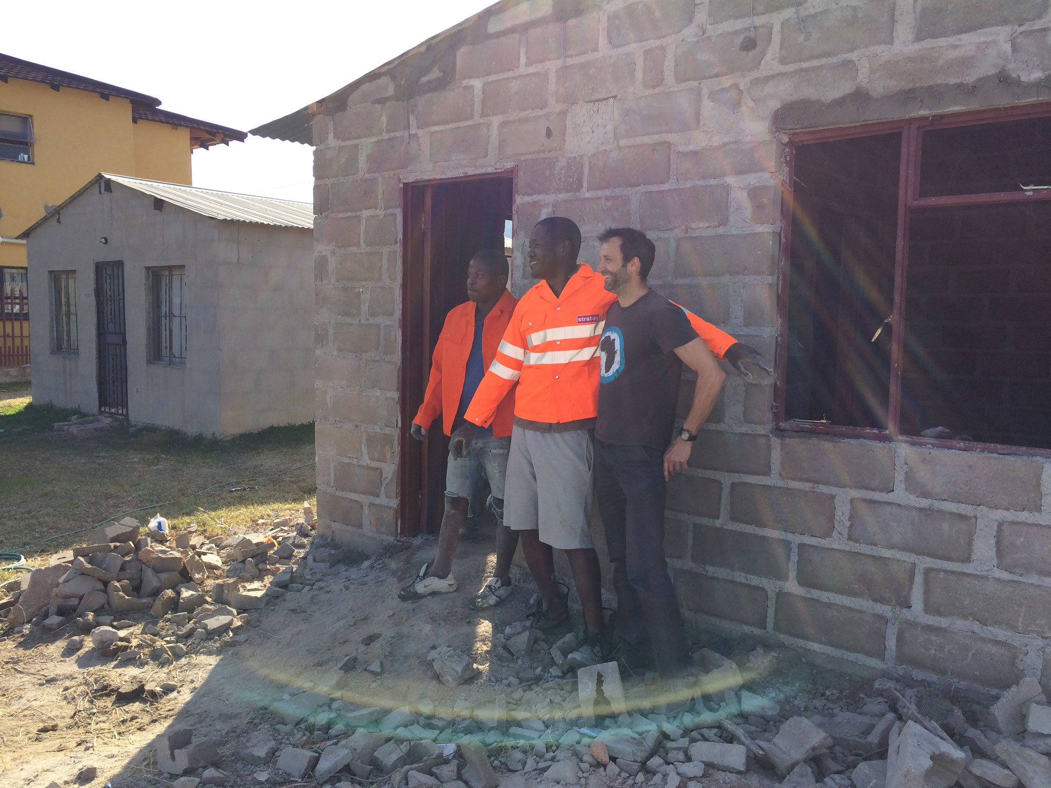 Edward und sein Helfer mit gespendeten Bauarbeiterjacken, Ruben