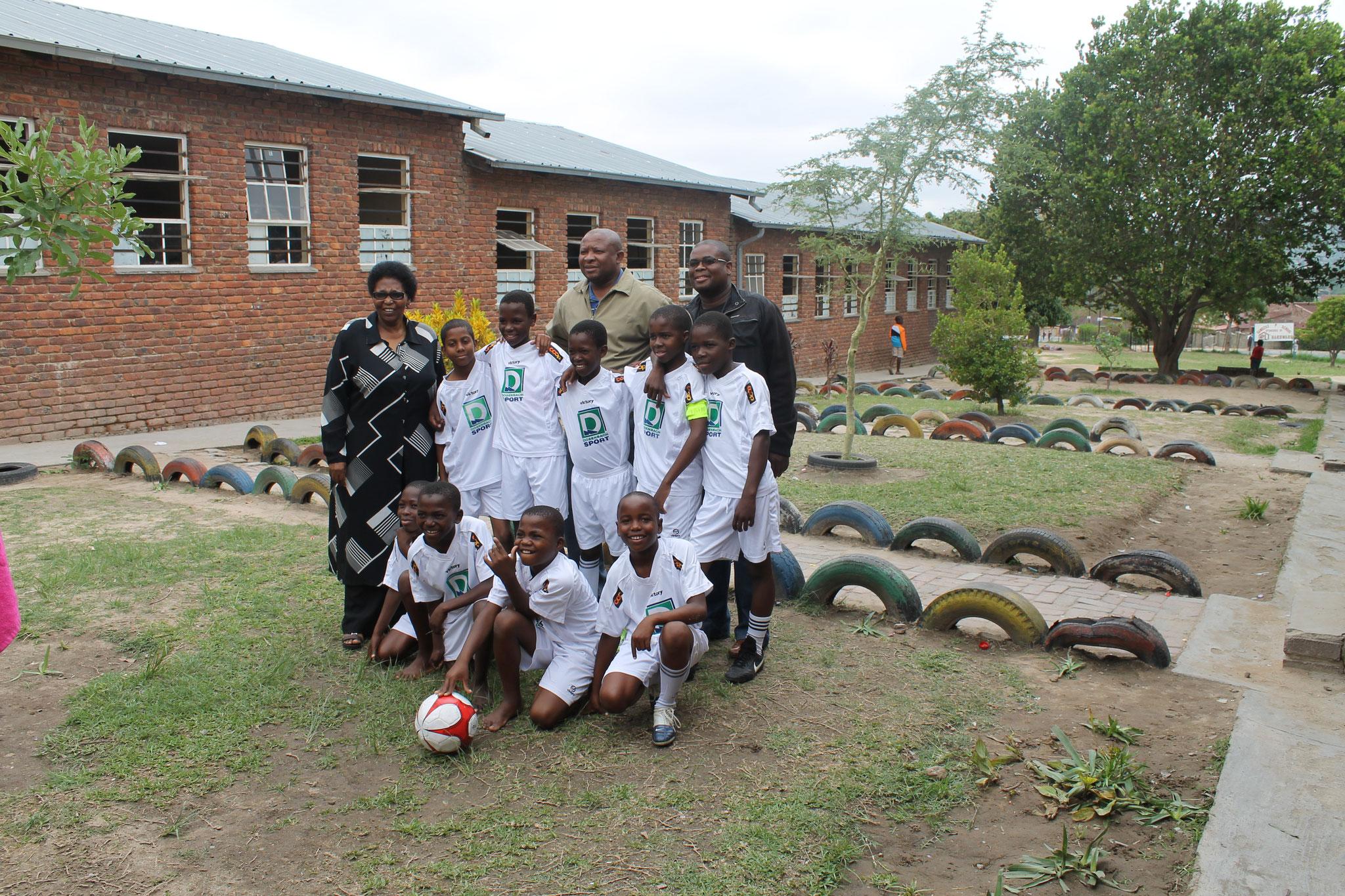 Sandzile Primary School Mannschaft mit Rektorin und Trainer