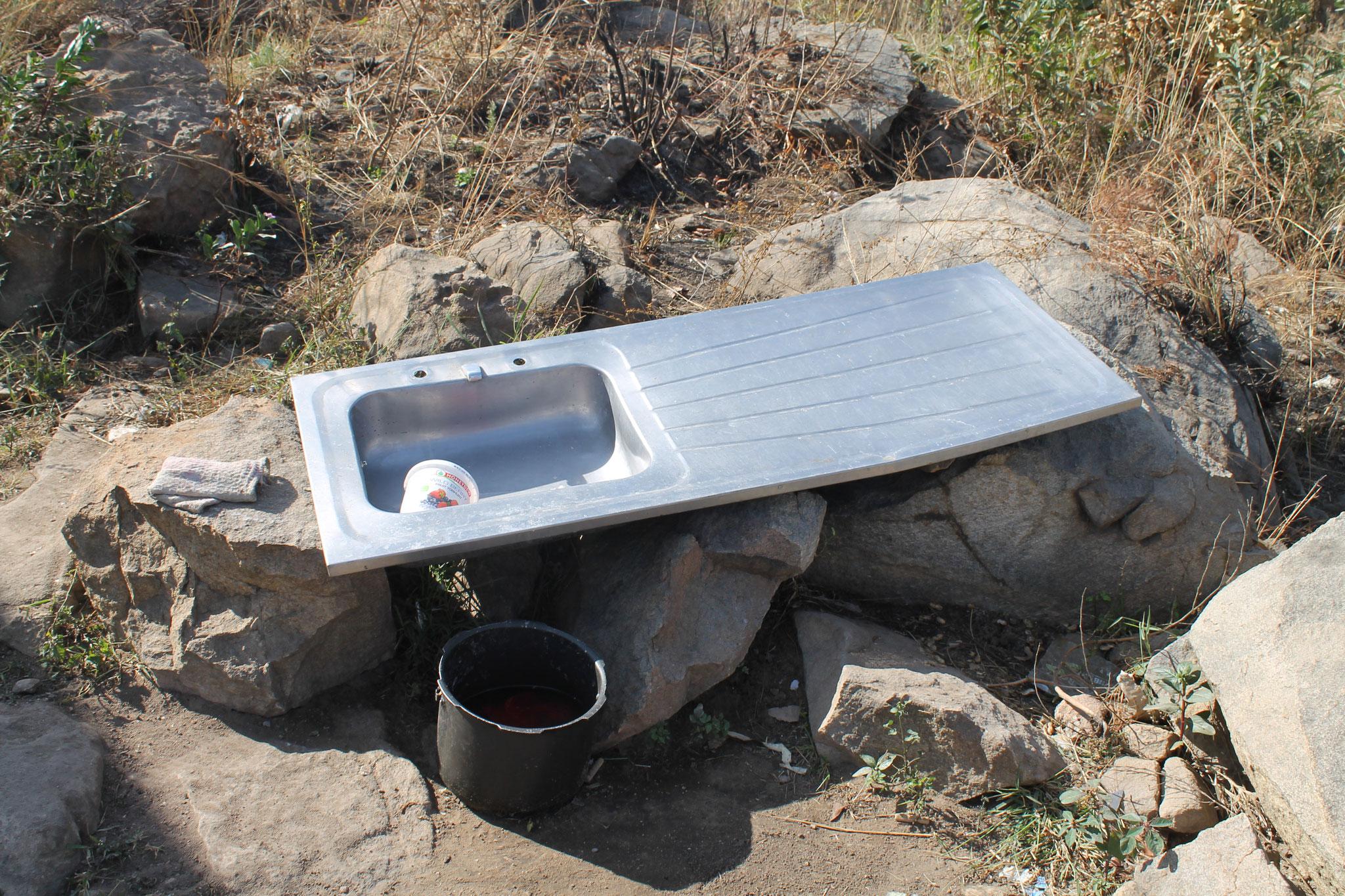 Da es in dieser Gegend noch kein fliessendes Wasser hat, bleibt die Küche draussen