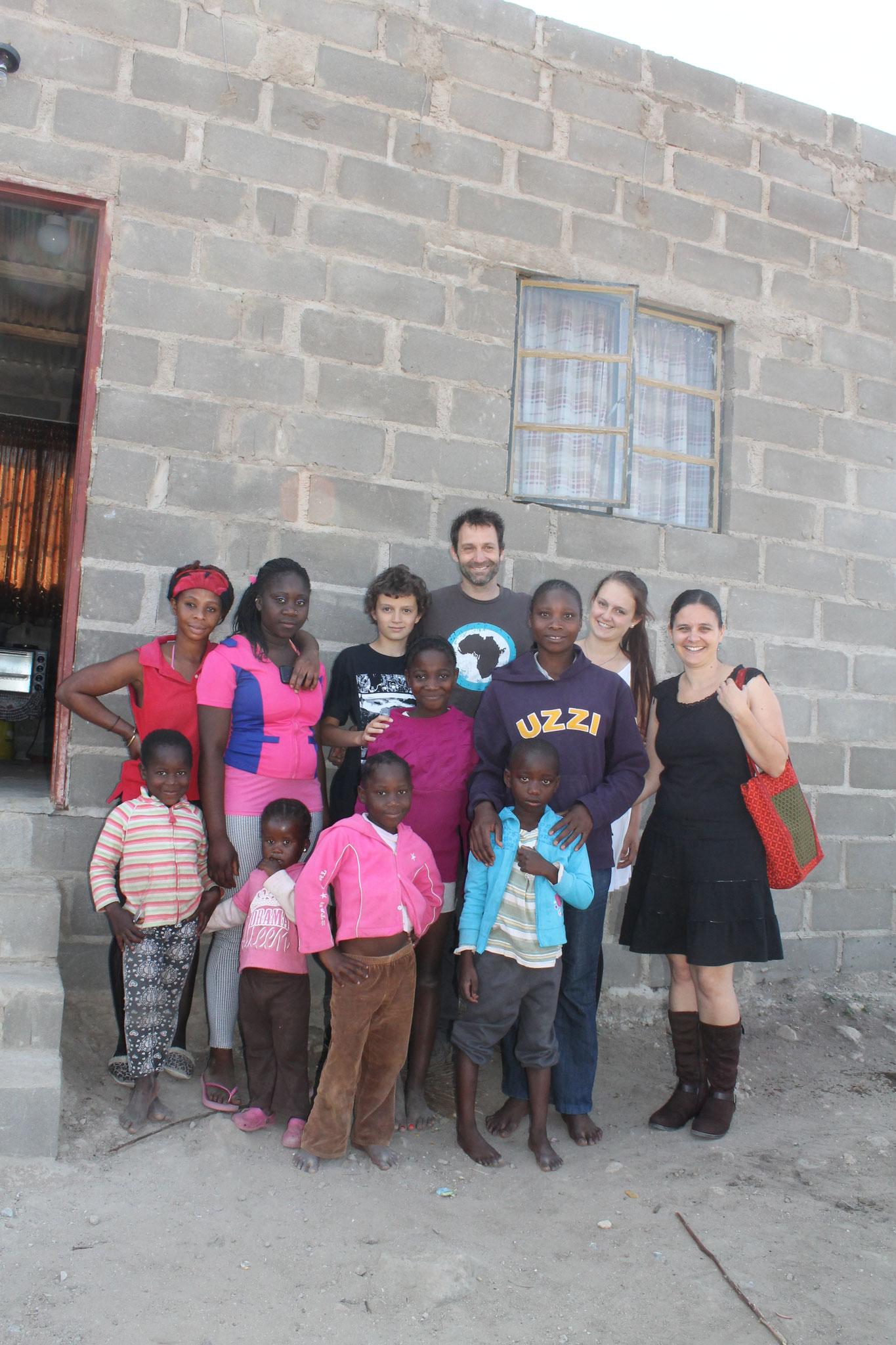 Thembi, Nachbarn und wir bei unserem Besuch im Juli 2015
