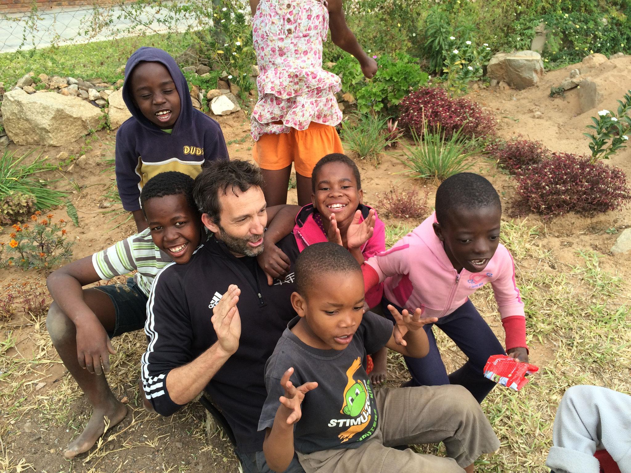 Ruben mit vielen Waisenkindern