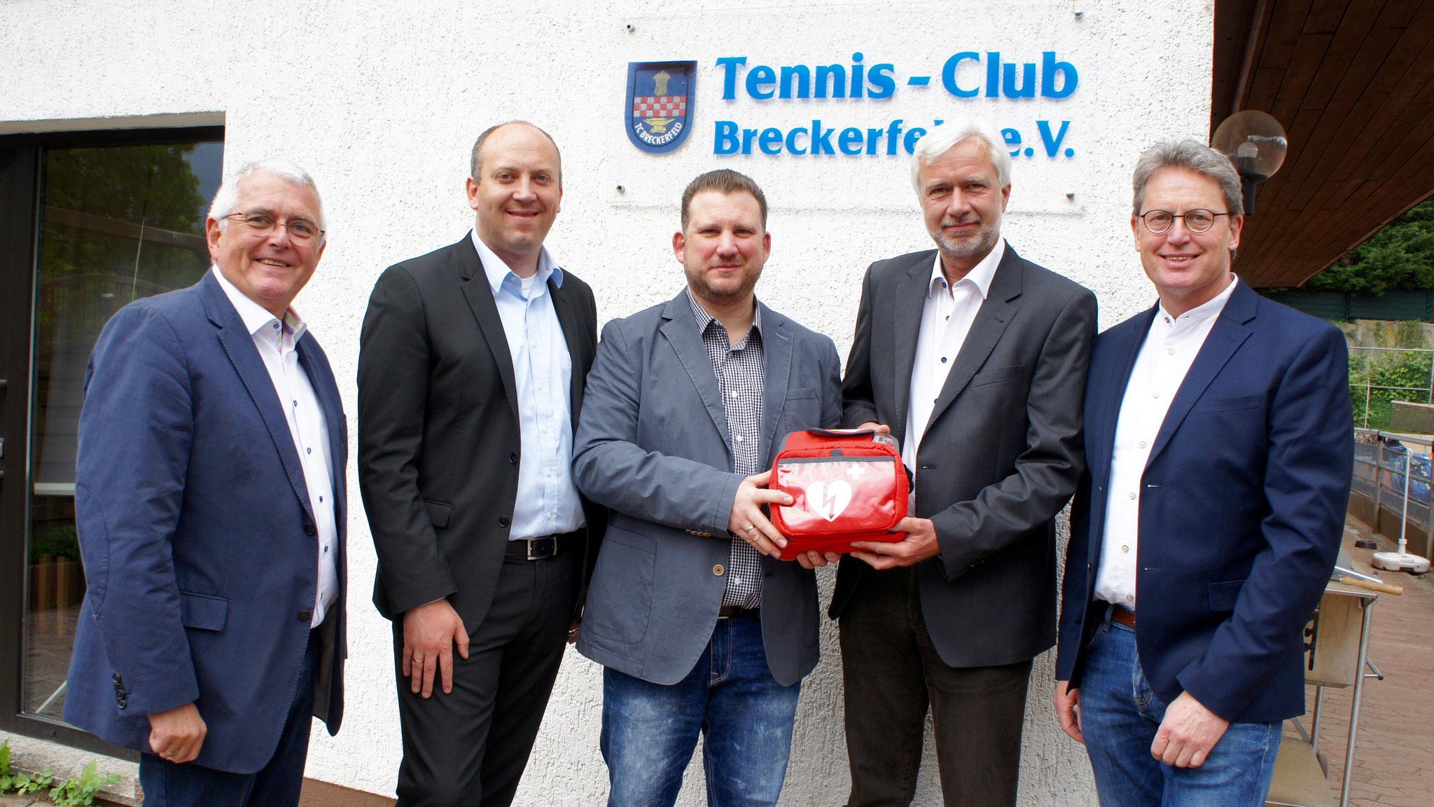 v.l.n.r: Bodo Bongen (Sparkassendirektor), André Dahlhaus (Bürgermeister), Jens Schilling (Projektleiter), Gundolf Büsch (Vorsitzender TCB) und Udo Sachs (Geschäftsführer Sparkassen-Stiftung)