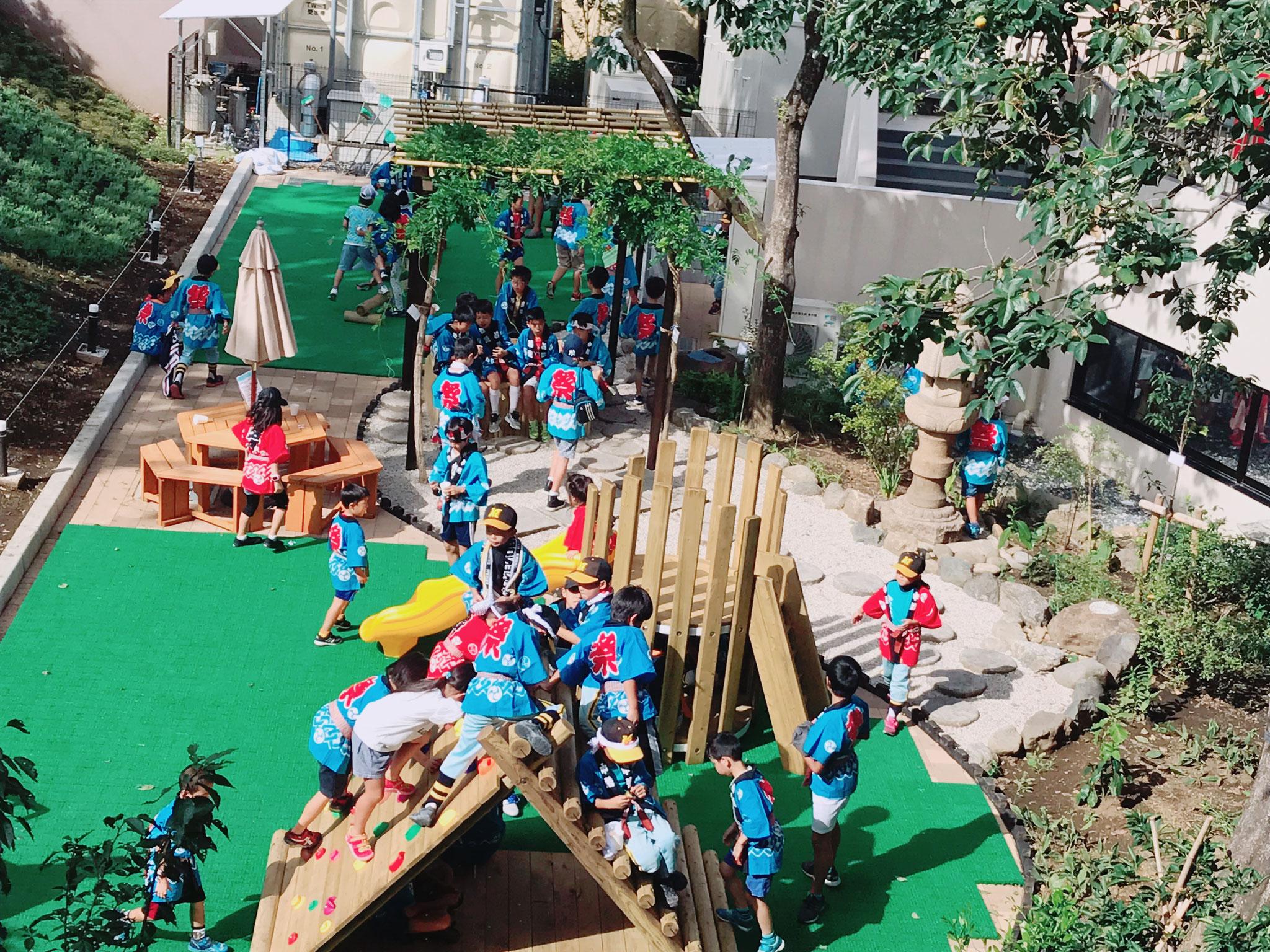 中庭で遊ぶ子どもたち