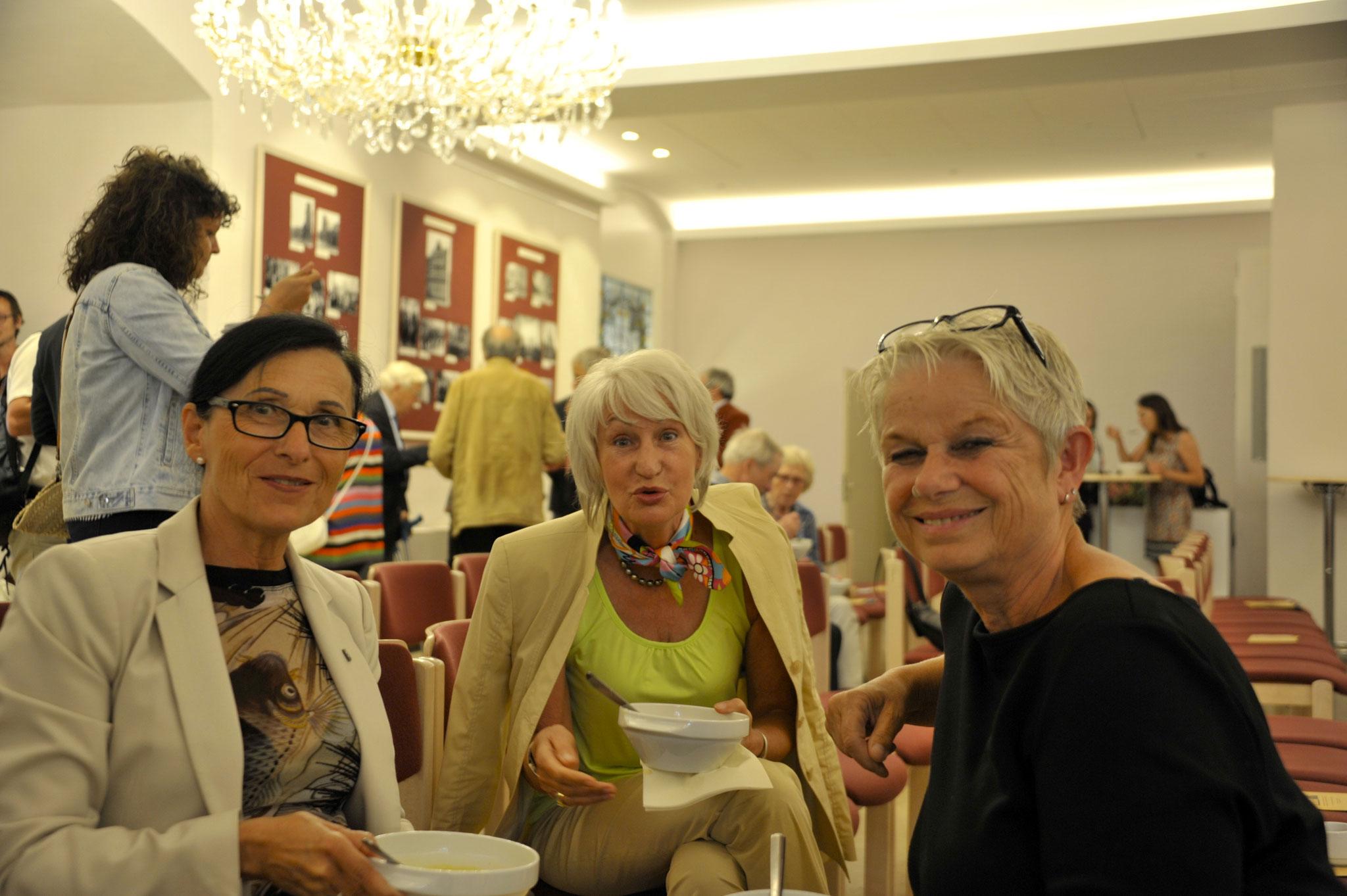 vl: Regine Kramarek, Bürgermeisterin LHH, Kristina Osmers, Renée Steinhoff, Stiftung Villa ganZ