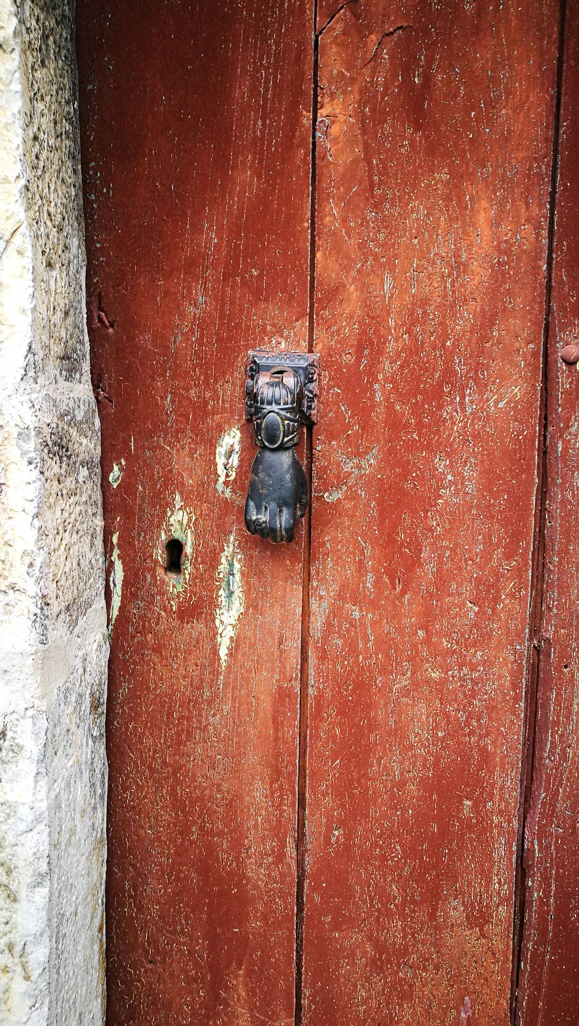 Sur les portes, des heurtoirs