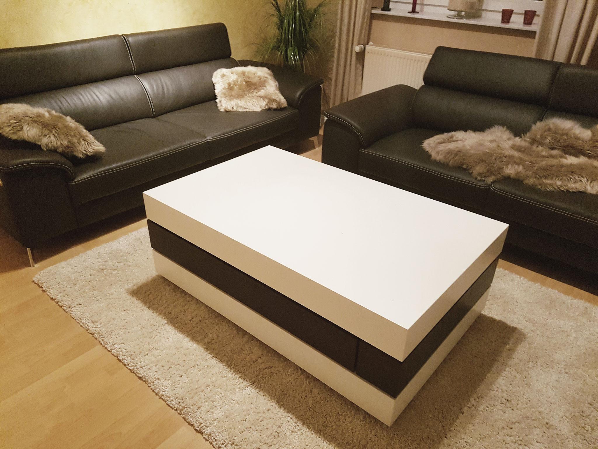 Wohnzimmertisch mit schwenkbarar Ablage und Schubkasten.