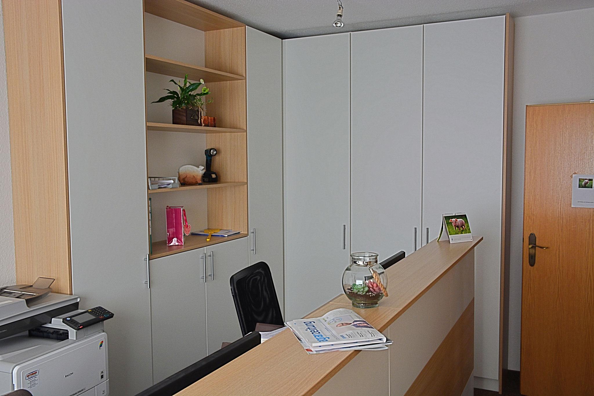 Büroeinrichtung in Weiß umd Eichendekor - Platz schaffen auf engstem Raum