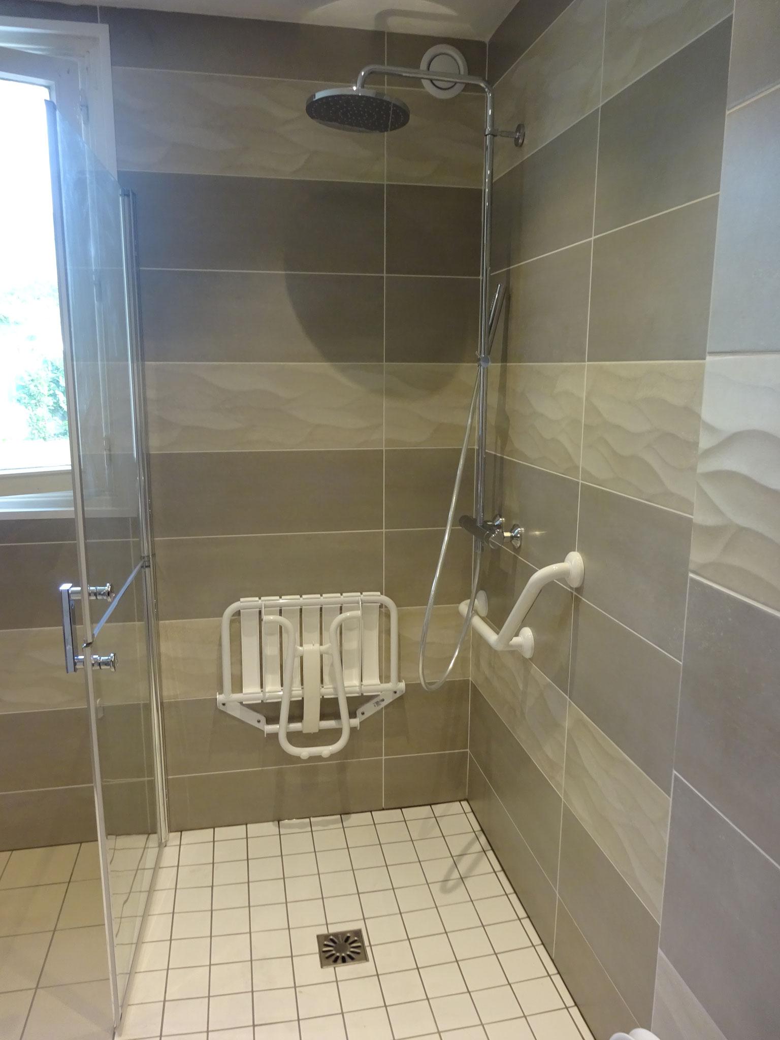 Plombier installateur sanitaire, salle de bains PMR - Plomberie