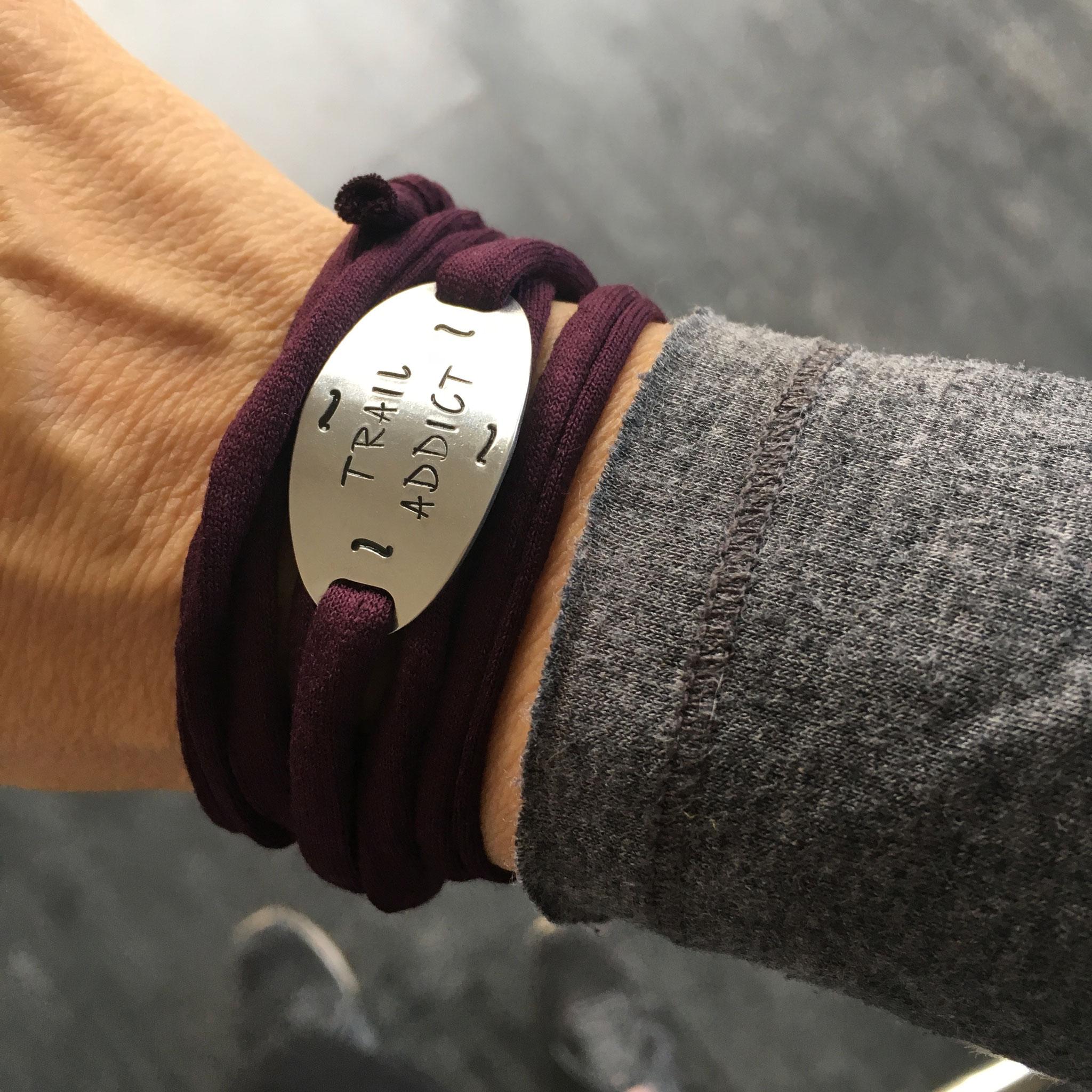 Bracelet bijoux sport plaque métal gravée poinçonnée motivation running marathon fait main made in France Trail Addict