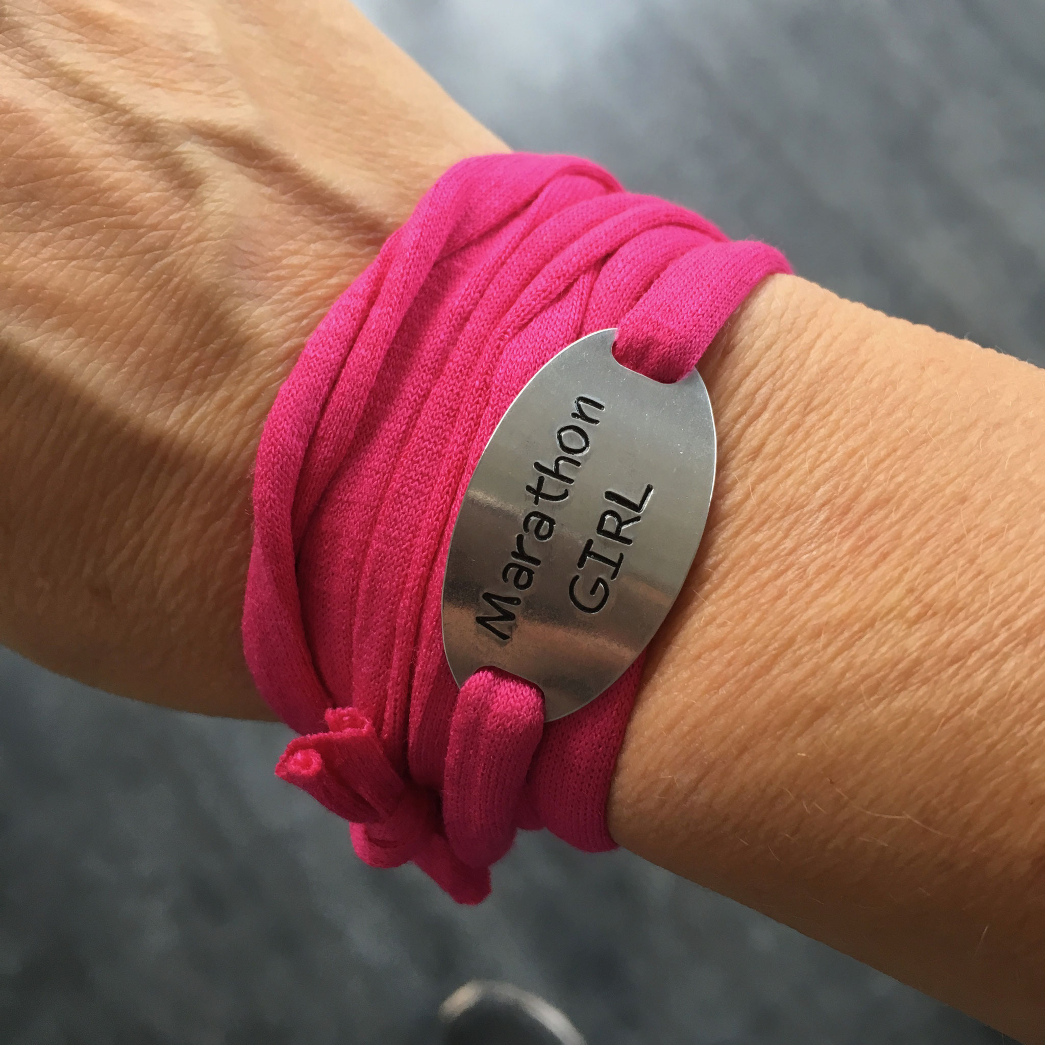 Bracelet bijoux sport plaque métal gravée poinçonnée motivation running marathon fait main made in France girl run