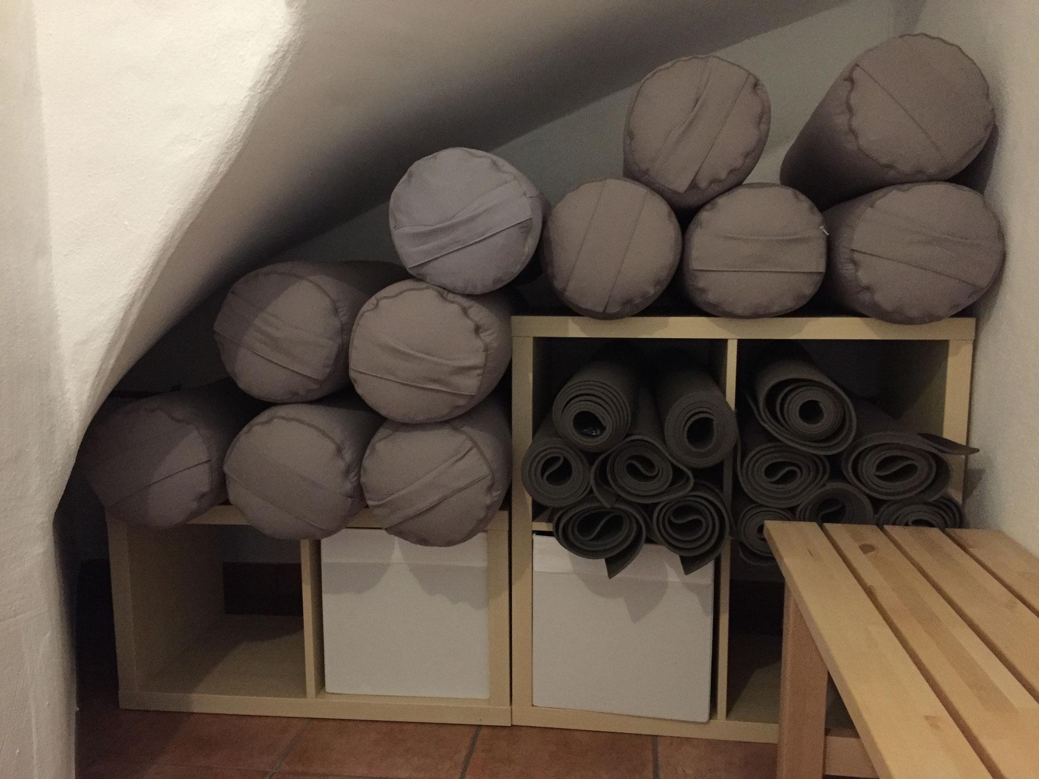 Yogamatten, Bolster und weiteres Yoga-Equipment ist vorhanden