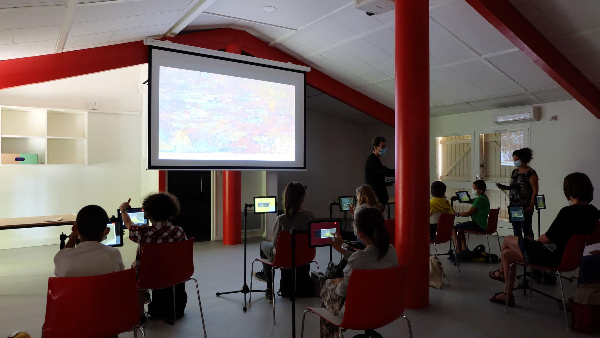à la Micro-Folie de Sarrant par la visite virtuelle de musées, la projection de films anciens...