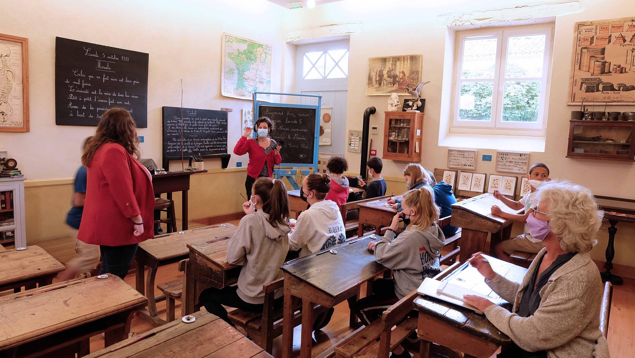 Ils visitent le Musée de l'école de Saint-Clar,