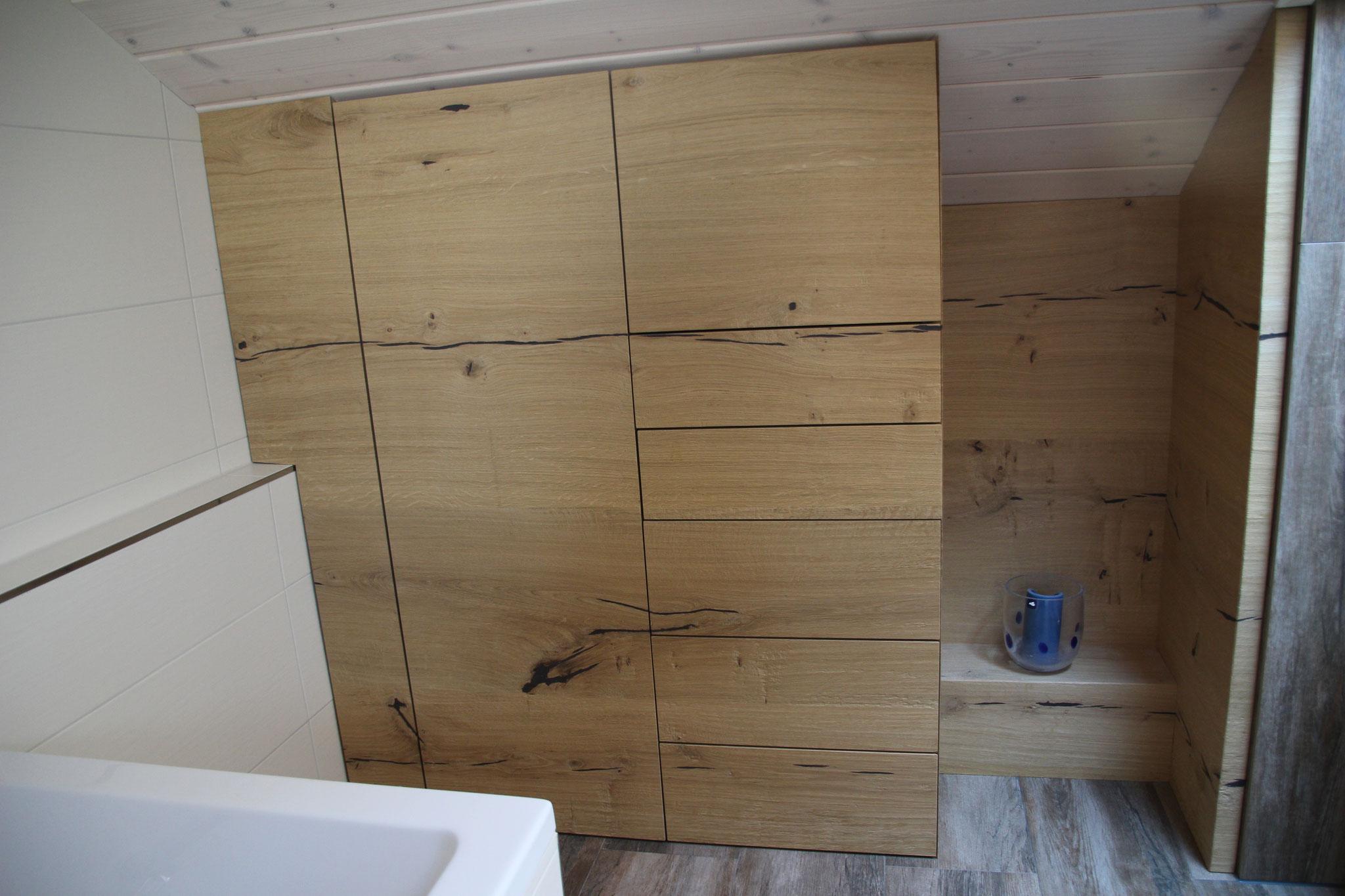 Badschrank in Dachschräge aus Eiche rustikal, Strukutur Handgehobelt