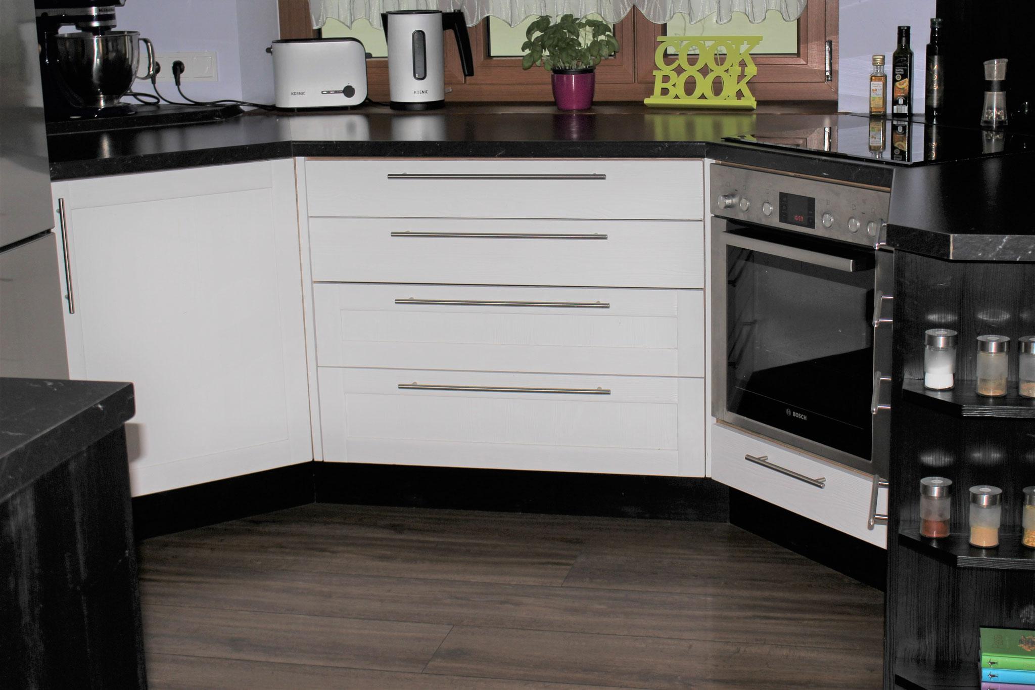 Küche aus Fichte gebürstet - Fronten: weiß lackiert - Korpus: schwarz lackiert