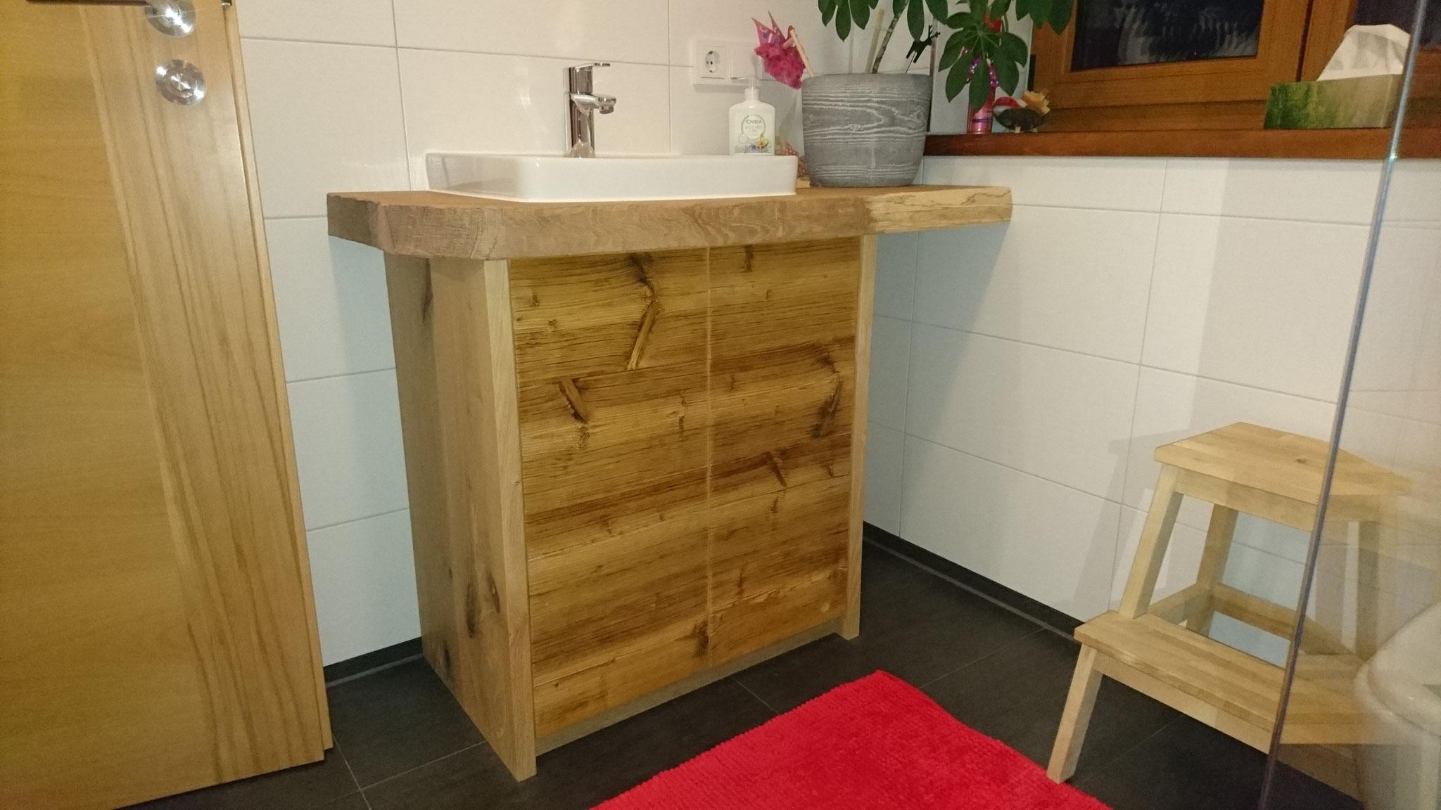 Waschbeckenuntertisch - Fronten aus Altholz - Waschtsich aus einem baumkantigen Eichenladen