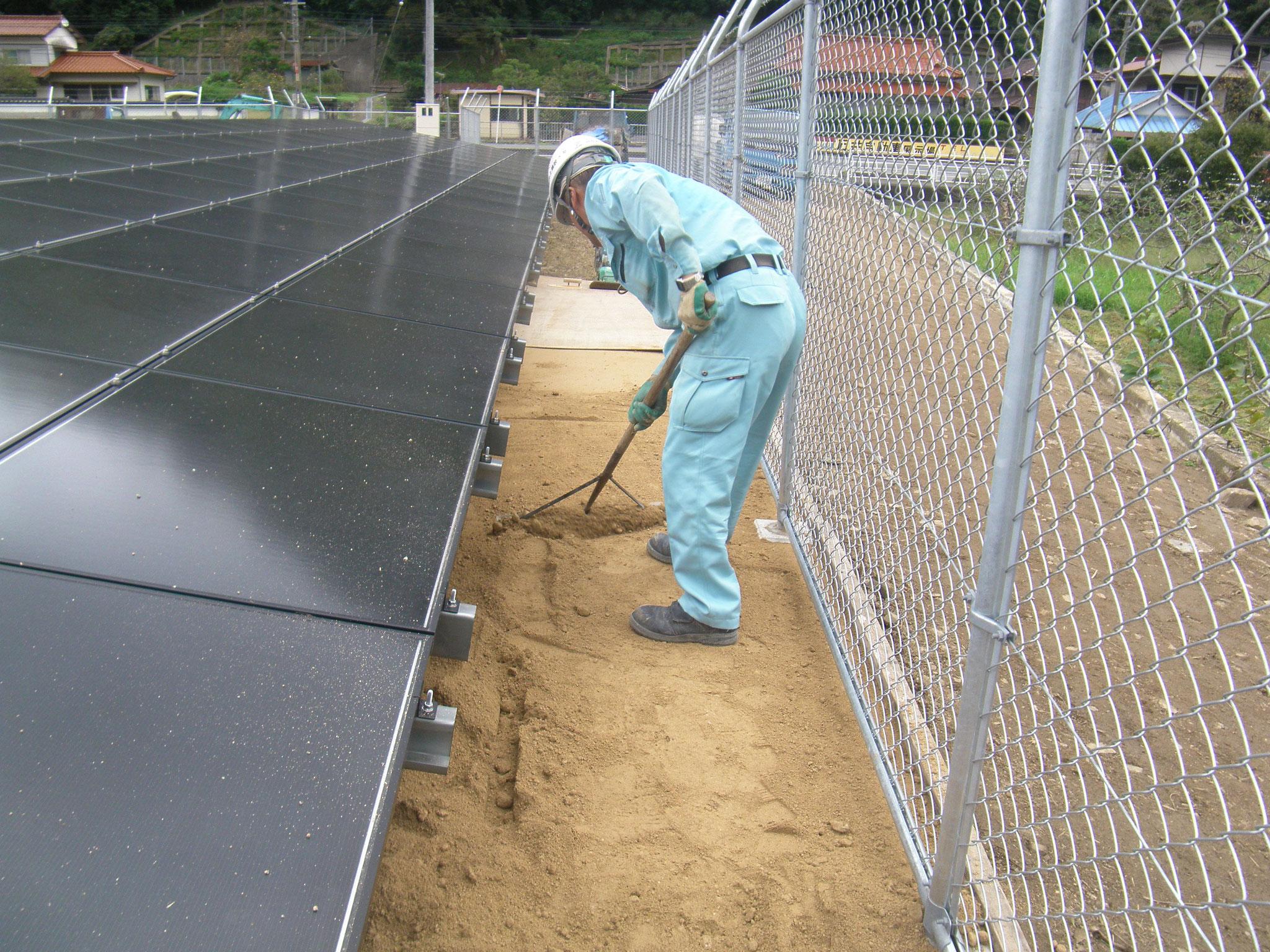 ④材料を平らにして5cmの厚みになるように整地していきます。