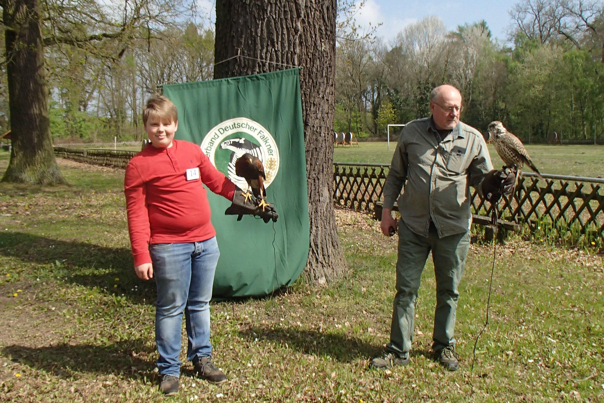 Falkner Gerd Teuber weist Moritz Reinecke in den Umgang mit Greifvögeln ein.