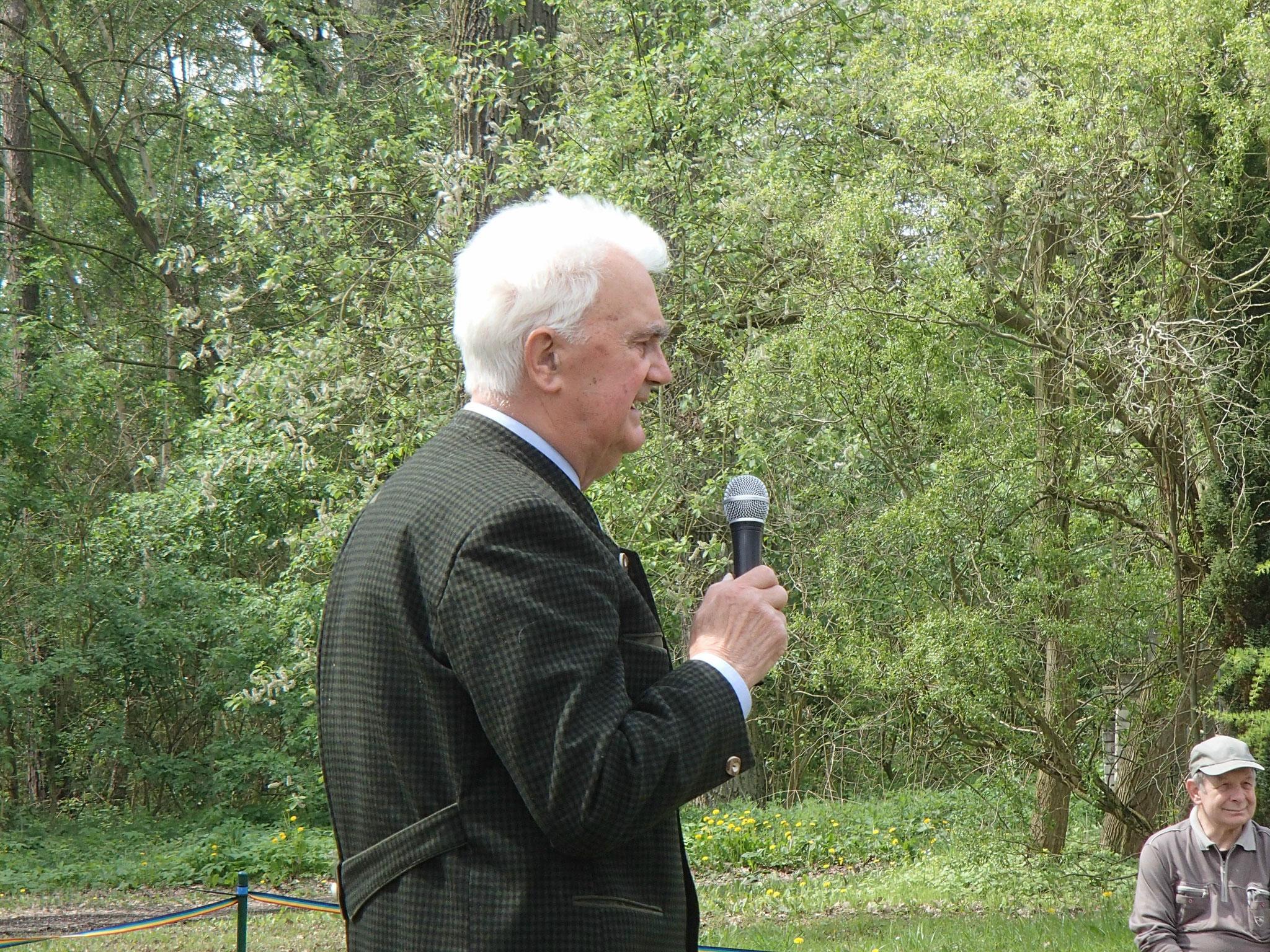 Manfred Lange erläutert anschaulich sein Richterurteil.