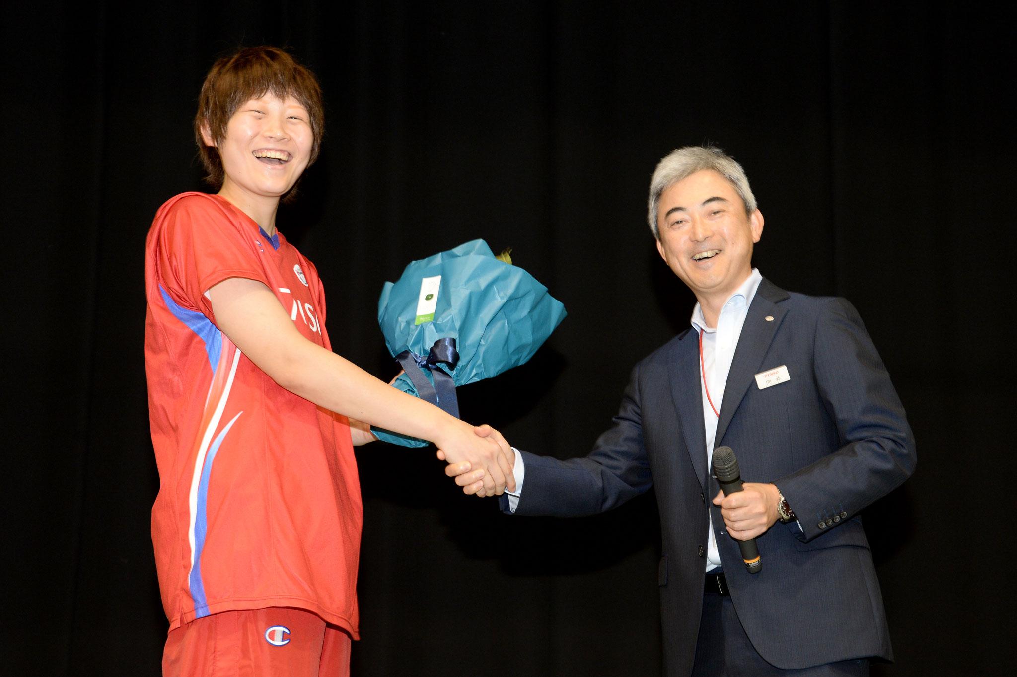 オリンピックの慰労を兼ね花束贈呈(高田真希選手と向井常務役員)