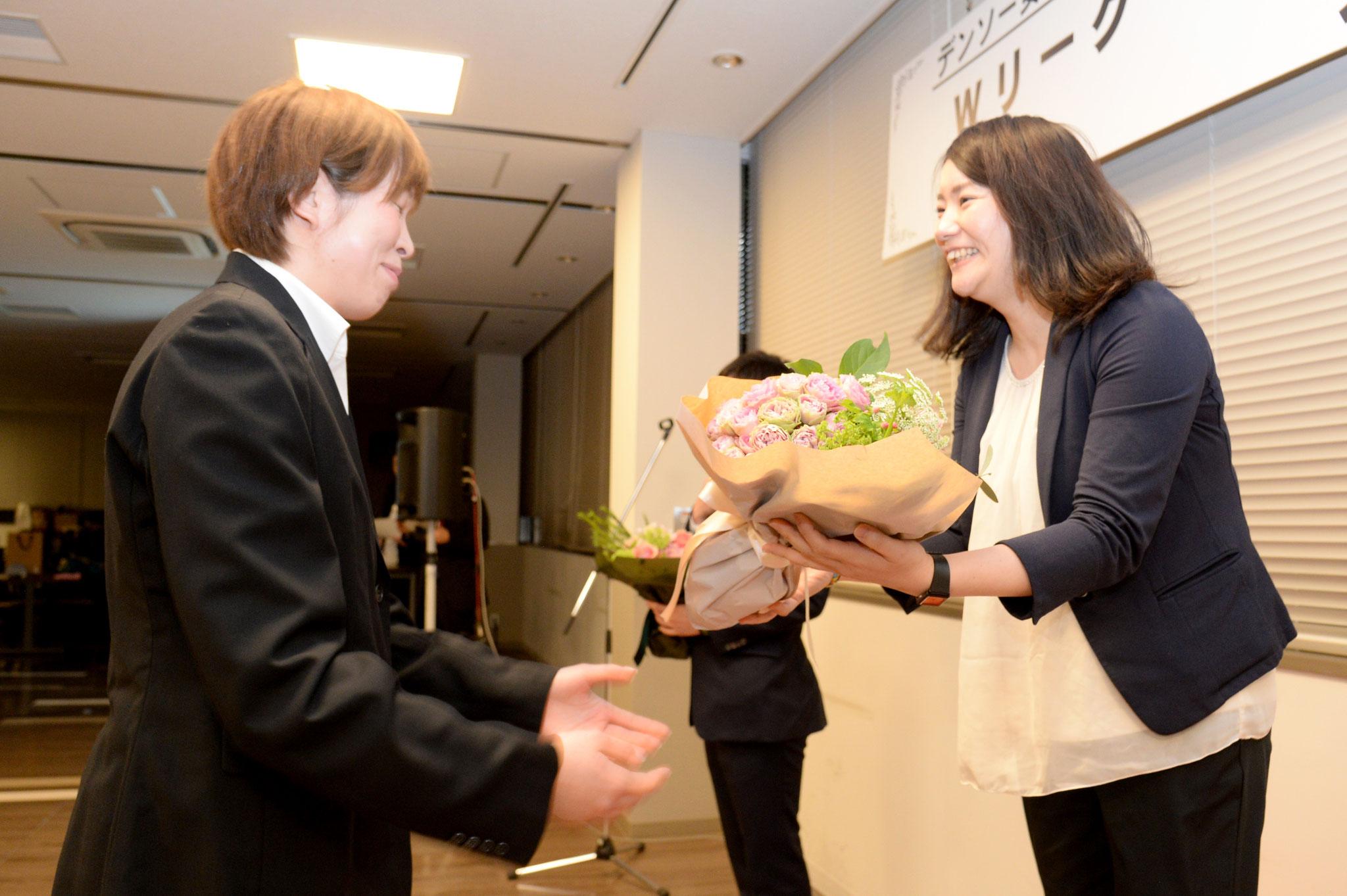 スタッフ退任 花束贈呈(吉田朱花アシスタントトレーナー)
