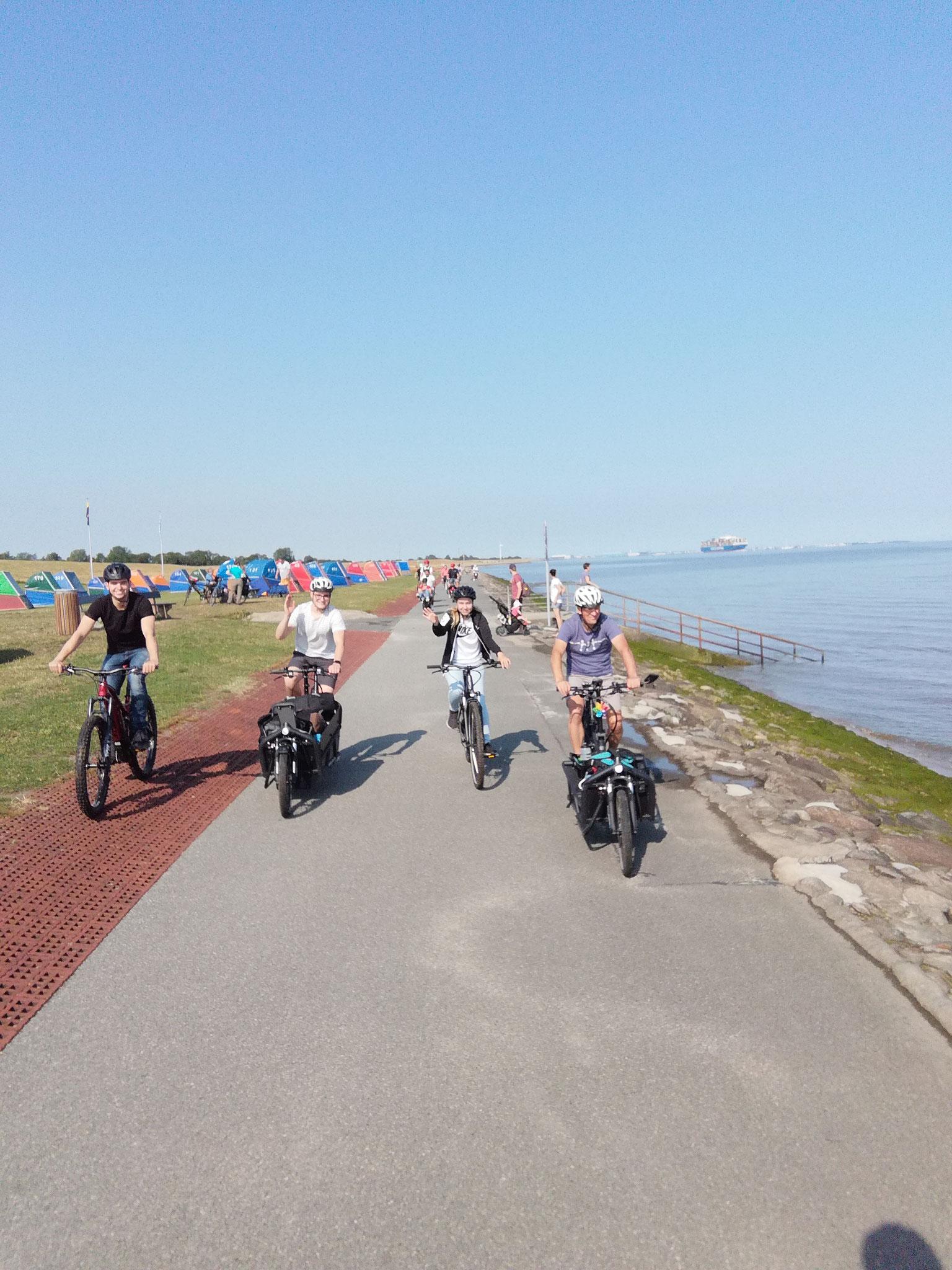 Radtouren ganz ohne Anstrengungen. Das lieben wir an Transporträdern. Es ist Platz für mehrere Taschen, ein Badehandtuch, den Picknickkorb und vieles mehr.