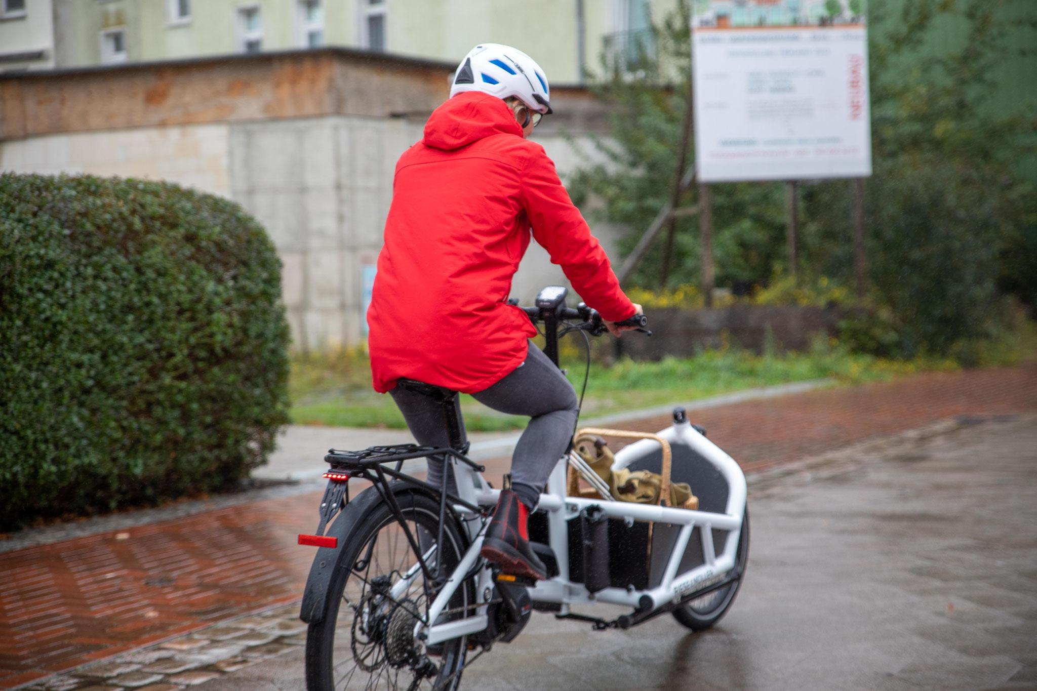 """""""Wir haben kein Auto mehr. Mit dem Lastenrad komme ich schnell von A nach B, bekomme alles transportiert und ein super Nebeneffekt ist, dass die Kinder nicht mehr fragen, ob man sie mit dem Auto irgendwo hin fahren kann."""" - Maike Larschow"""