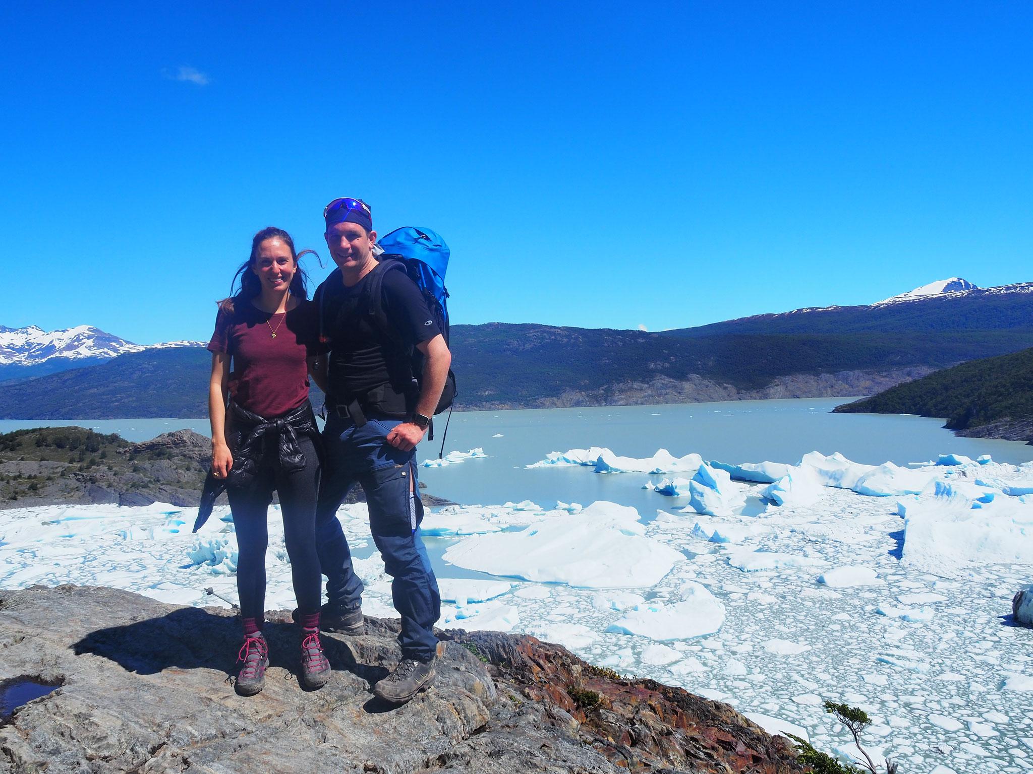 Die Eisschollen treiben auf dem grauen Wasser des Lago Grey