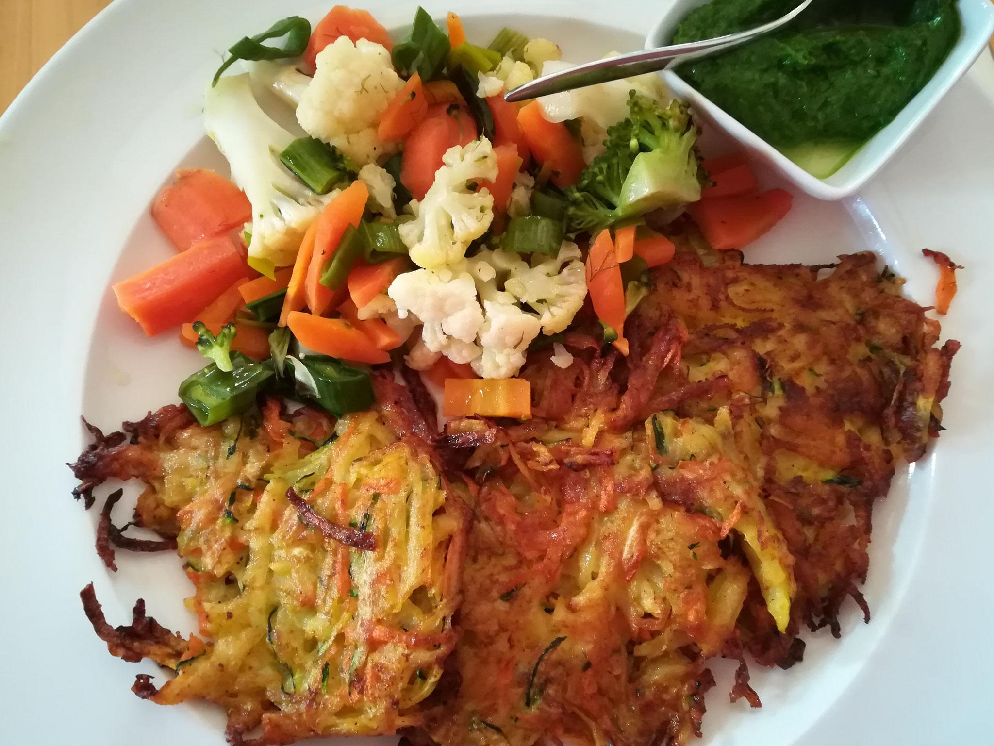 Kartoffelpuffer mit Bärlauchpesto und Gemüse zum Mittagessen