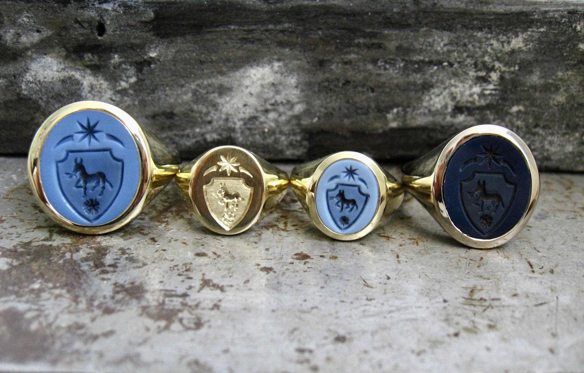 individuell angefertigte Siegelringe aus Gelb- und Weißgold