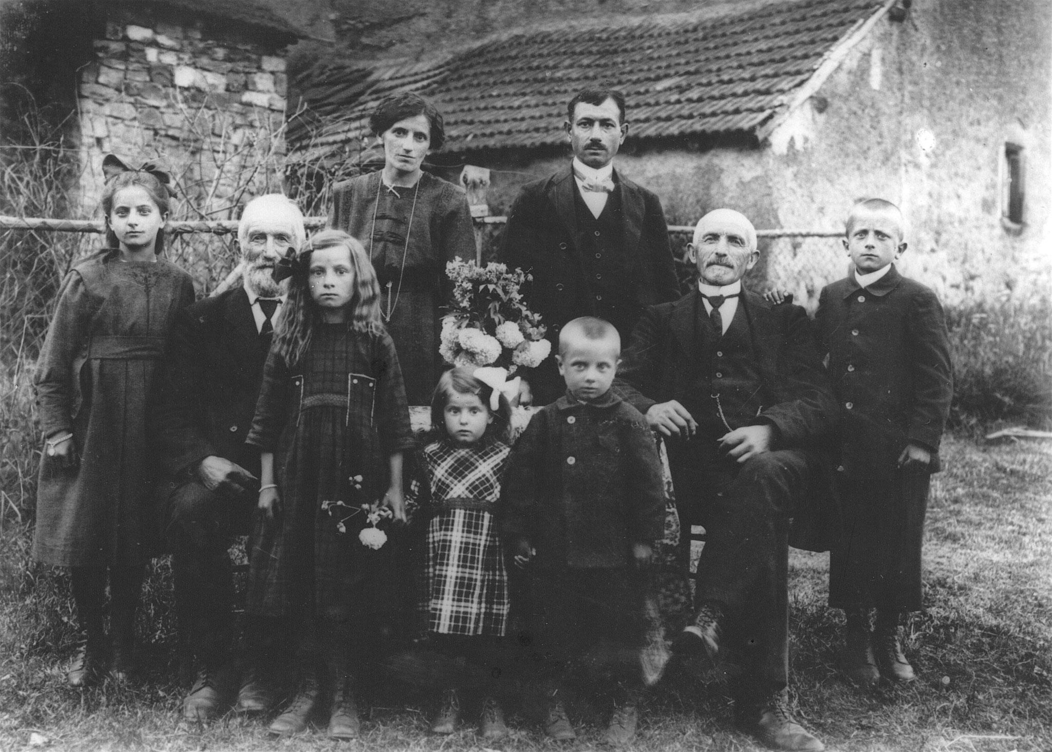 Im Kreis der Familie ca. 1921 (vorne, 3. v.r.)
