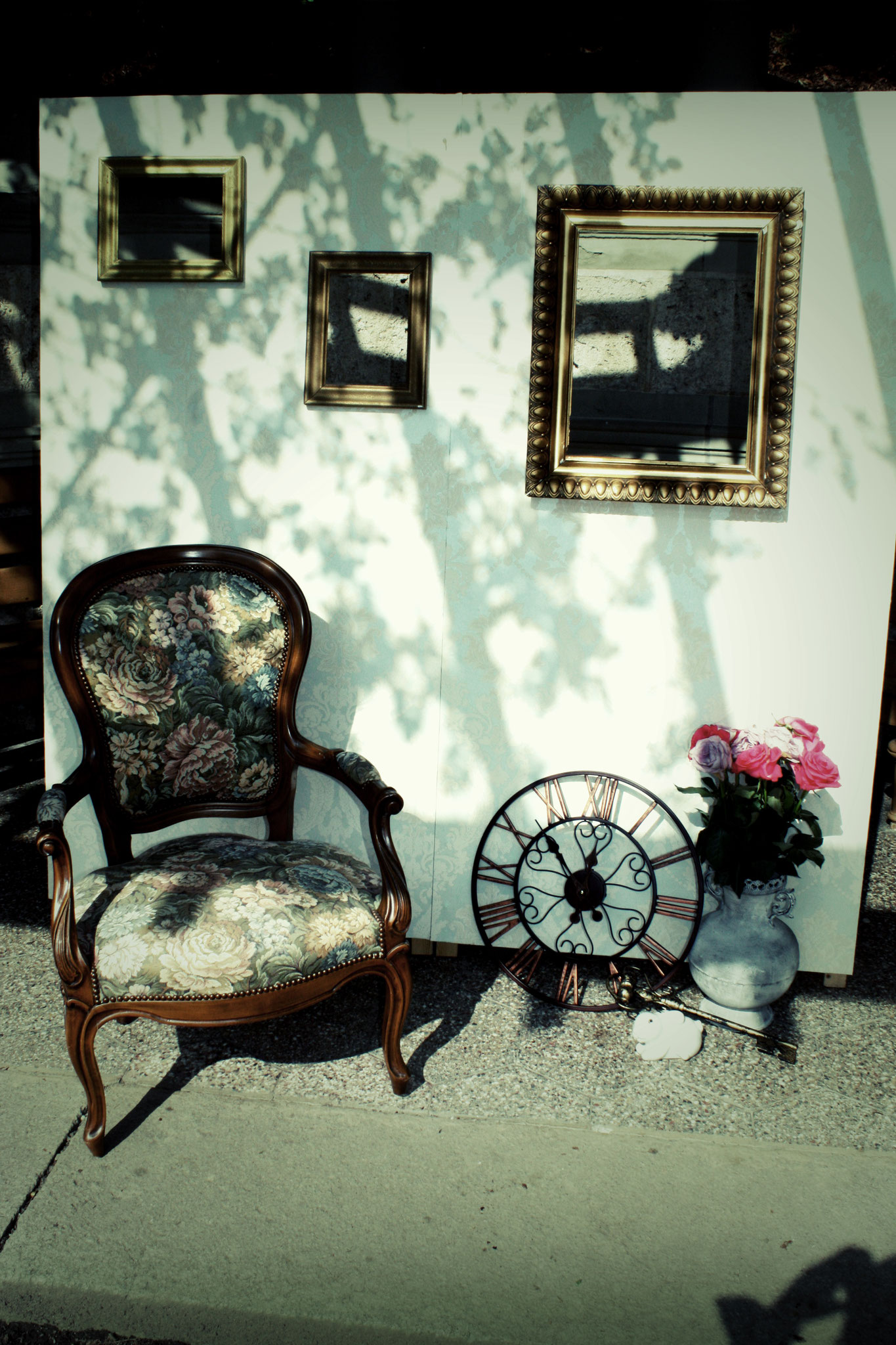 Photo Booth: Tapezierter Backdrop mit goldenen Bilderrahmen, Gobelinsessel und Wunderland Deko (Vintage Rental Kollektion)
