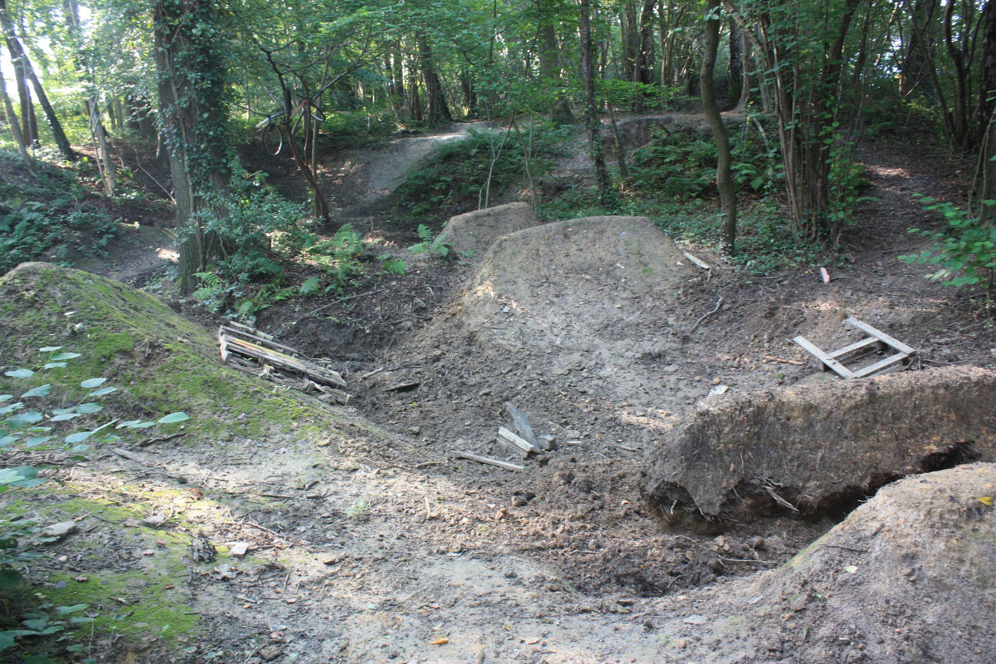 Copyright: BiHU VoG, Ansicht auf die Erdbauarbeiten in der Fahrrad-Downhillstrecke die durch die Kinder und Jugendlichen errichtet wurden.