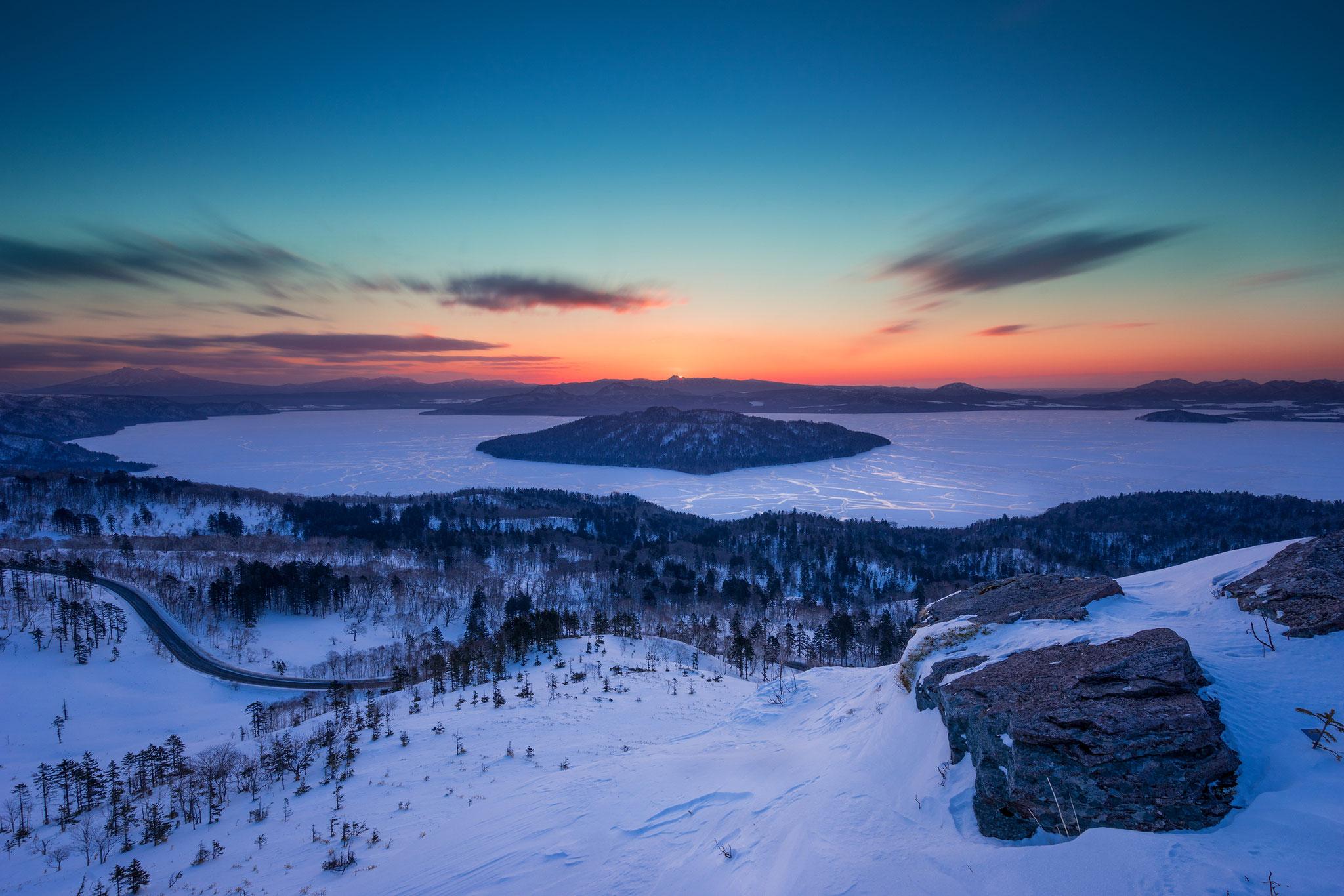 極寒の朝。夜明け前の空の色。