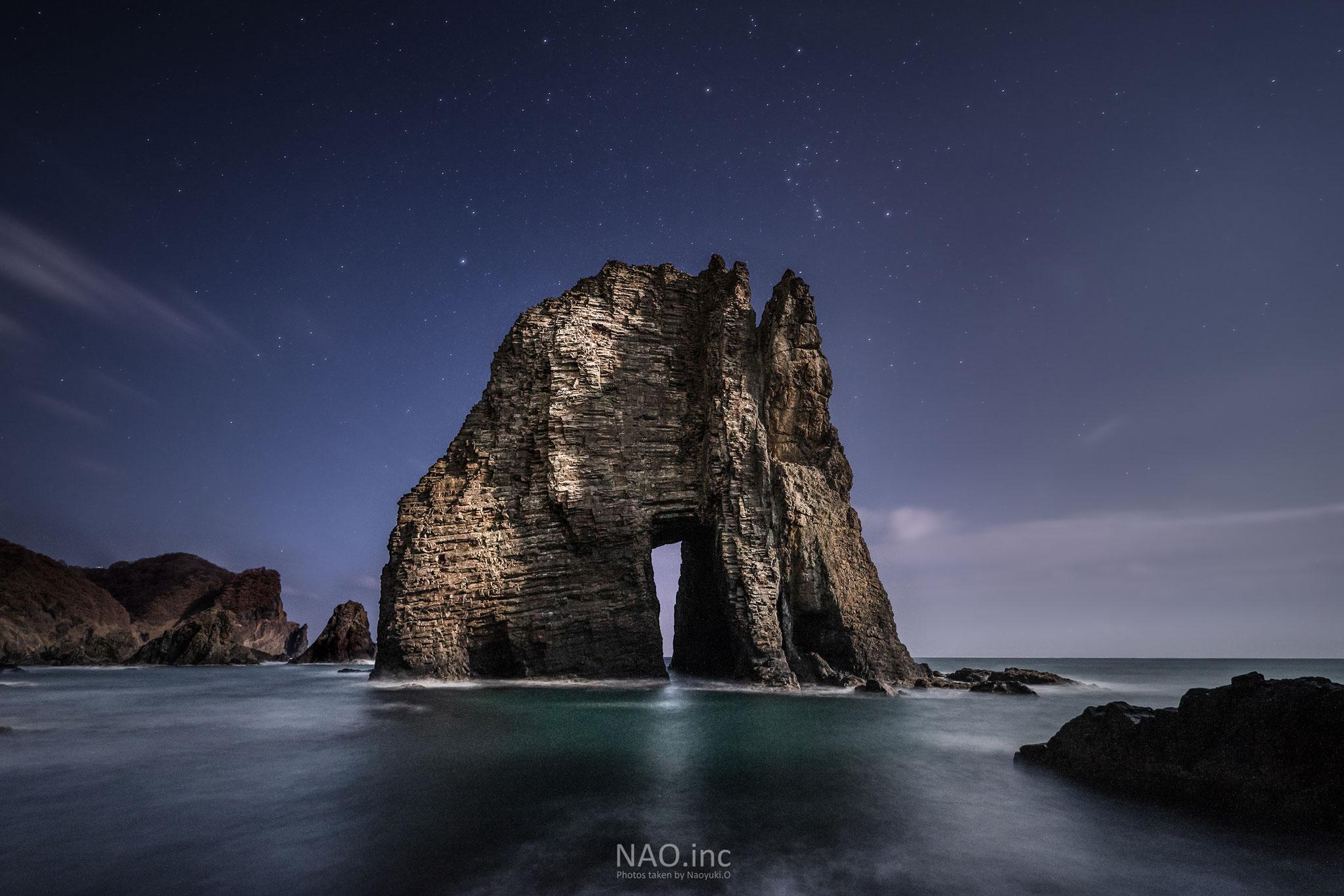 室蘭市。月に照らされて暗闇に浮かぶ奇岩「蓬莱門」