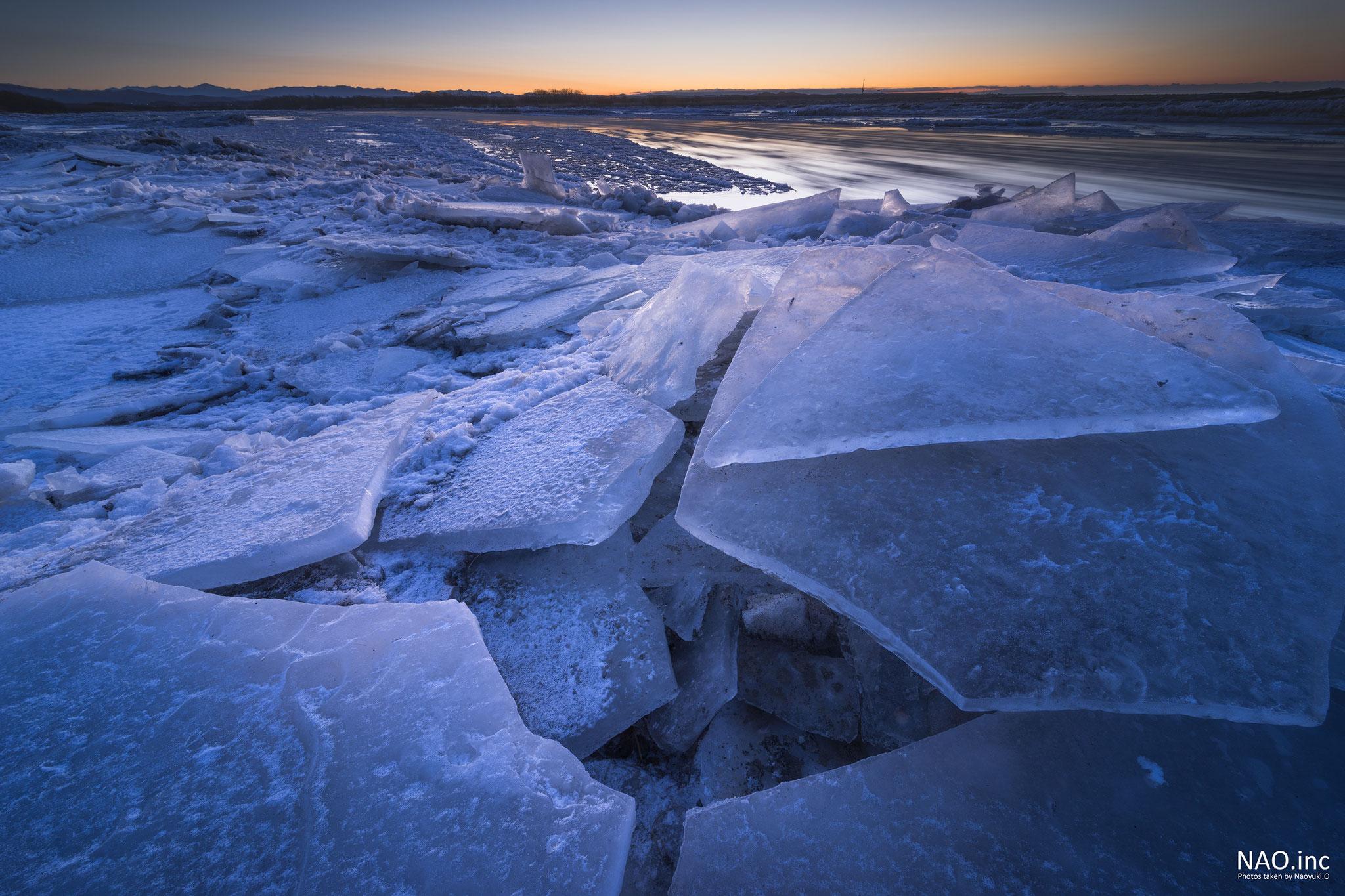 鵡川の河口。押し寄せる氷の裂け目。